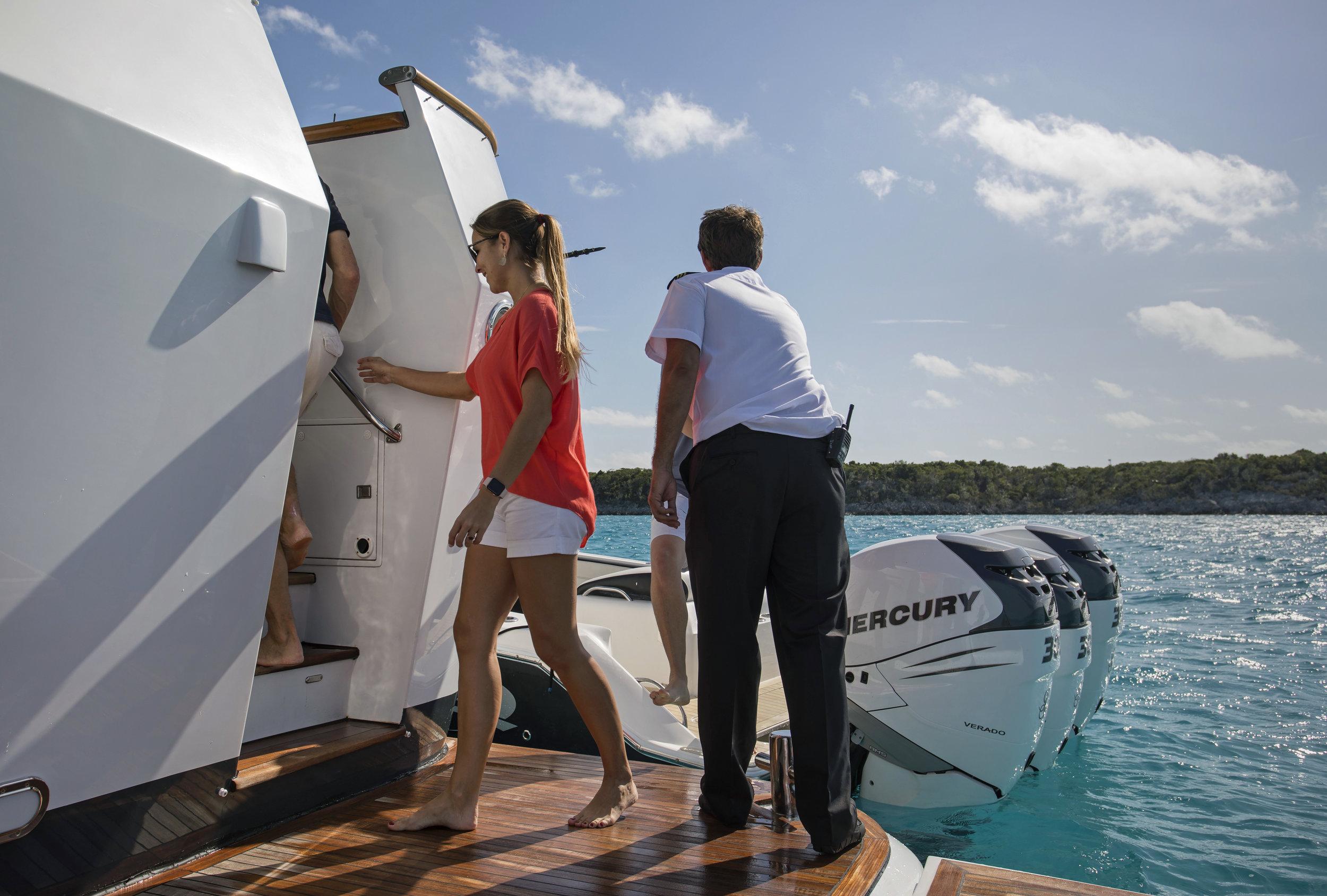 yacht-sweet-escape-crew-teak-welcome-luxury-Abaco