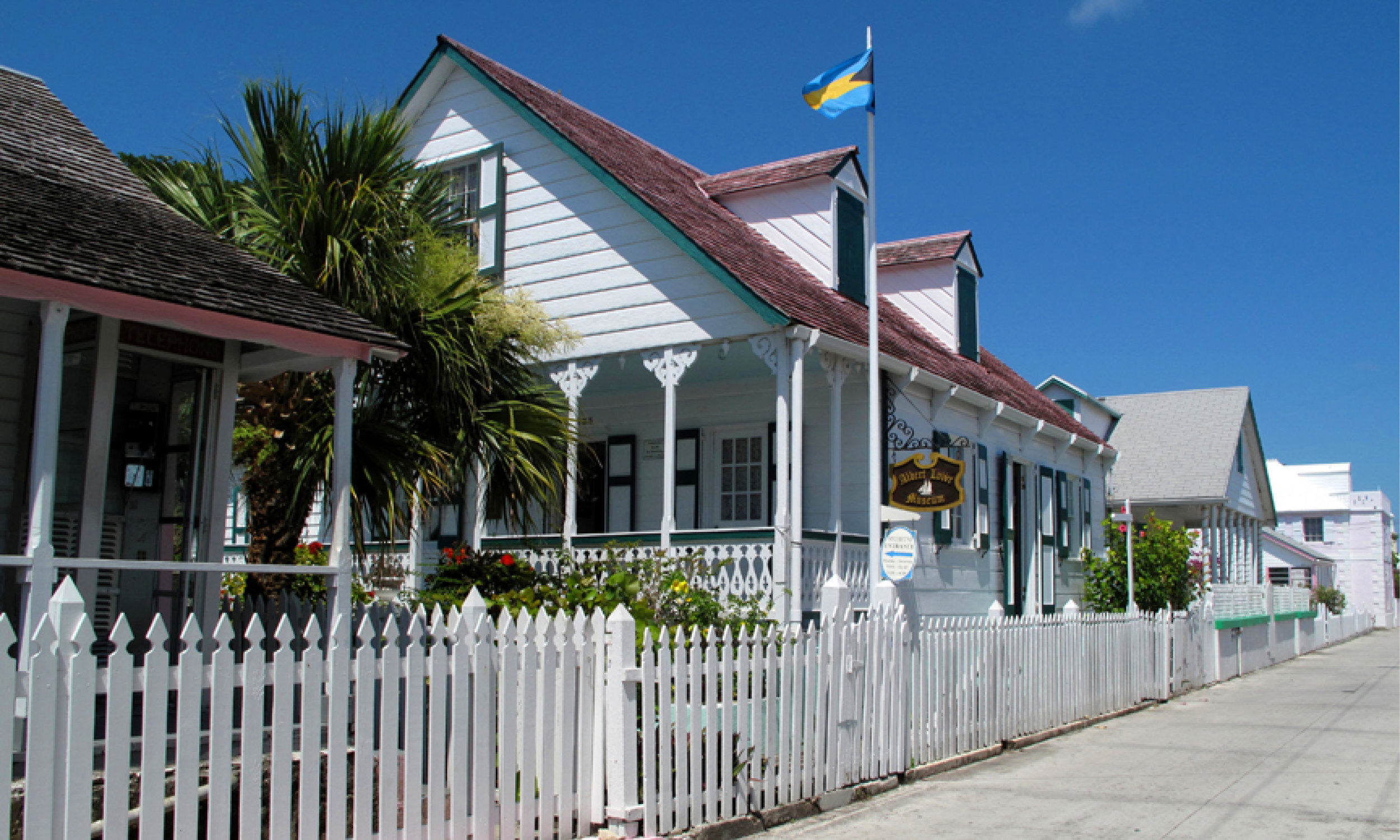 yacht-sweet-escape-charter-abaco-piggyville-Green-Turtle-Cay-Feed-Hope-Town-LightHouse-swimming-pigs-albert-Lowe-Museum