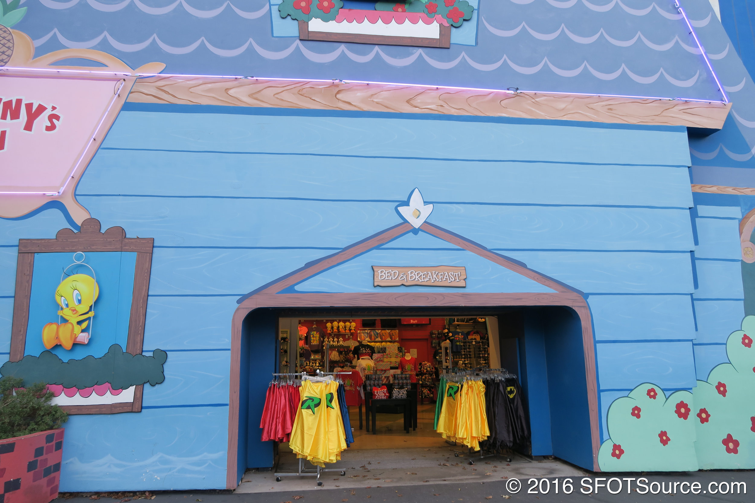 Another entrance into Looney Tunes Mall.