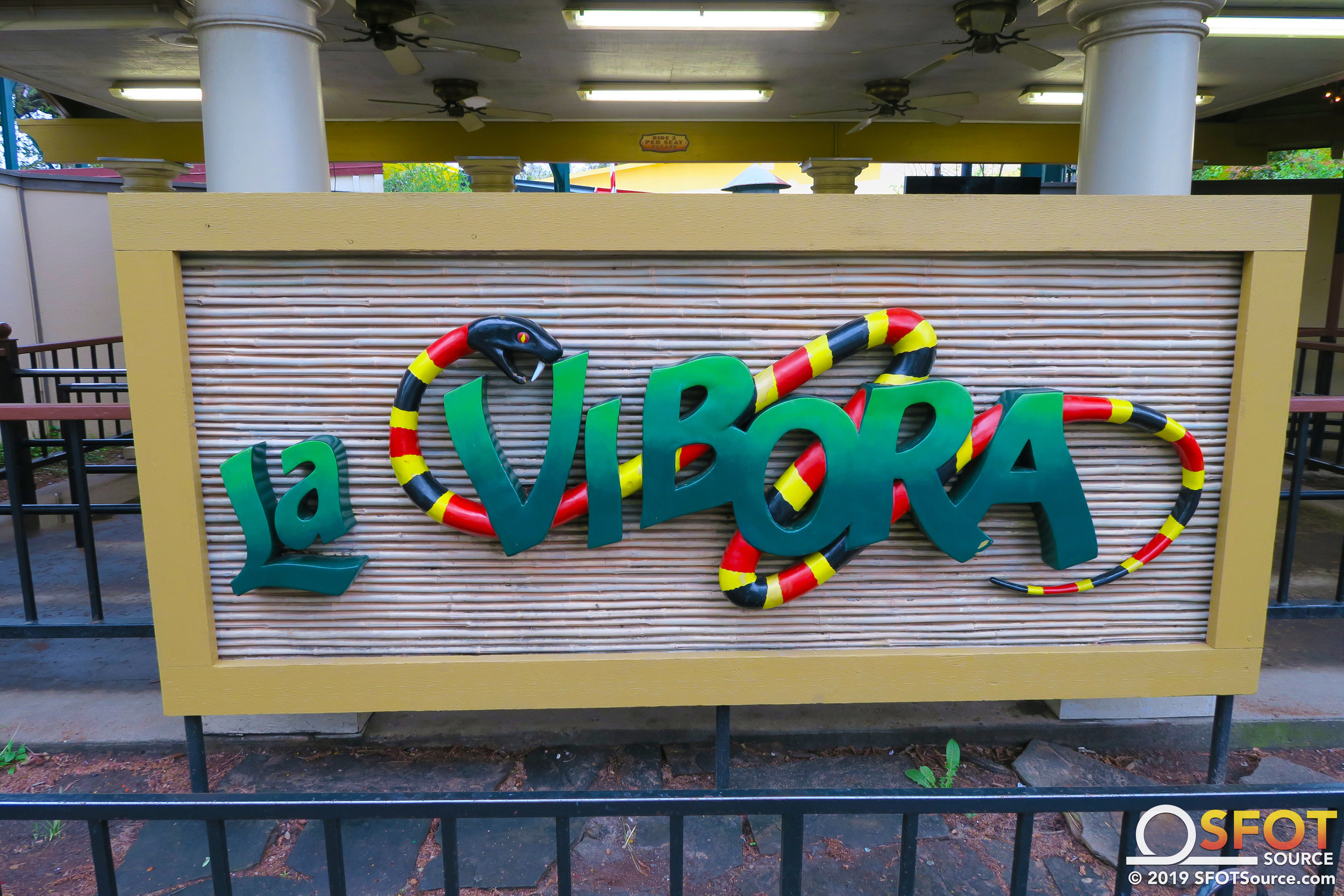 A detailed La Vibora sign can be seen from the ride's queue line.