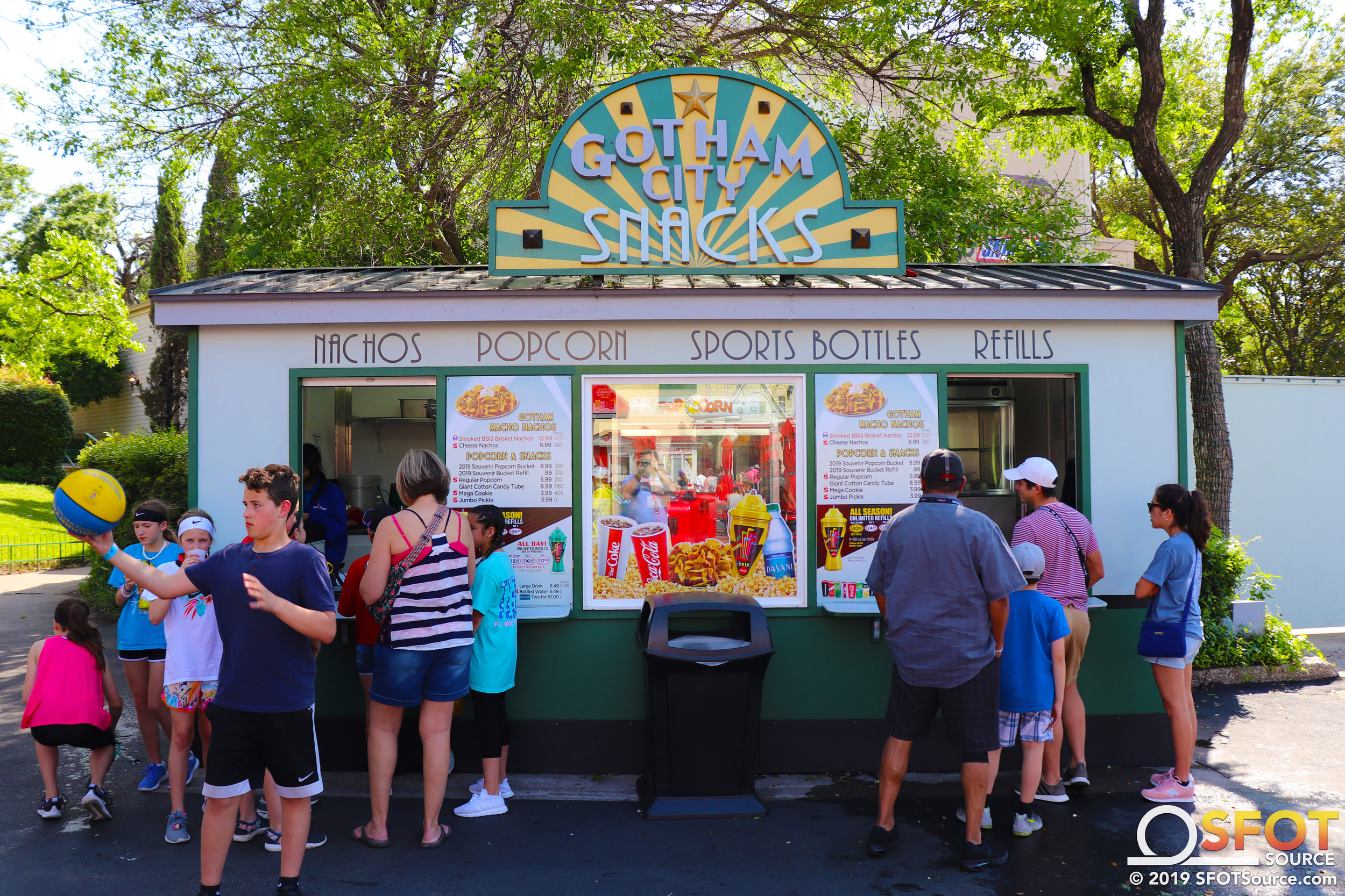 Gotham City Snacks features multiple Dining Pass options.