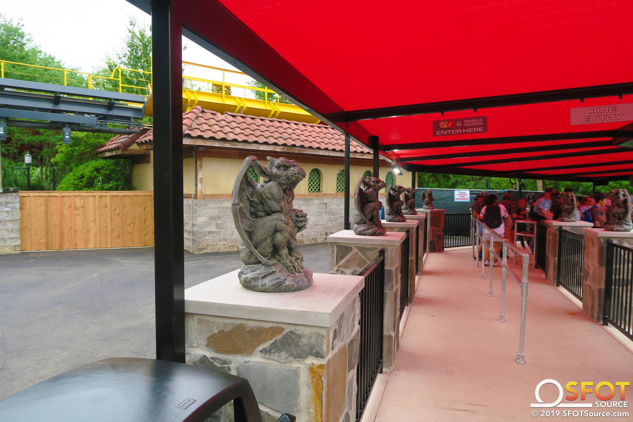 Gargoyle-like statues are found throughout El Diablo's queue line.