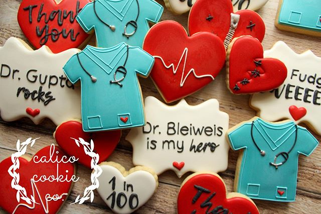 💔+👩‍⚕️👨‍⚕️=❤️ . . . . #instacookie #cookiedecorating #decoratedcookies #decoratedsugarcookies #sugarcookies #royalicing #royalicingcookies #cookieart #cookies #customcookies #wiltonbakes #americolor #annclarkcookiecutters #imsomartha  #bestofgainesville #whyilovegnv #gnvbakes #cookiesofflorida #floridacookiers #gainesvillecookies #chdawareness #chd #heartcookies #scrubcookies #doctorcookies #medicalcookies #cookiesofinstagram