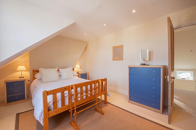 SR bedroom with single bed .jpg