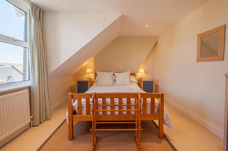SR bedroom with single bed 1.jpg