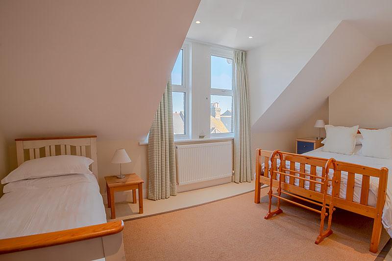 SR bedroom with single bed 2.jpg