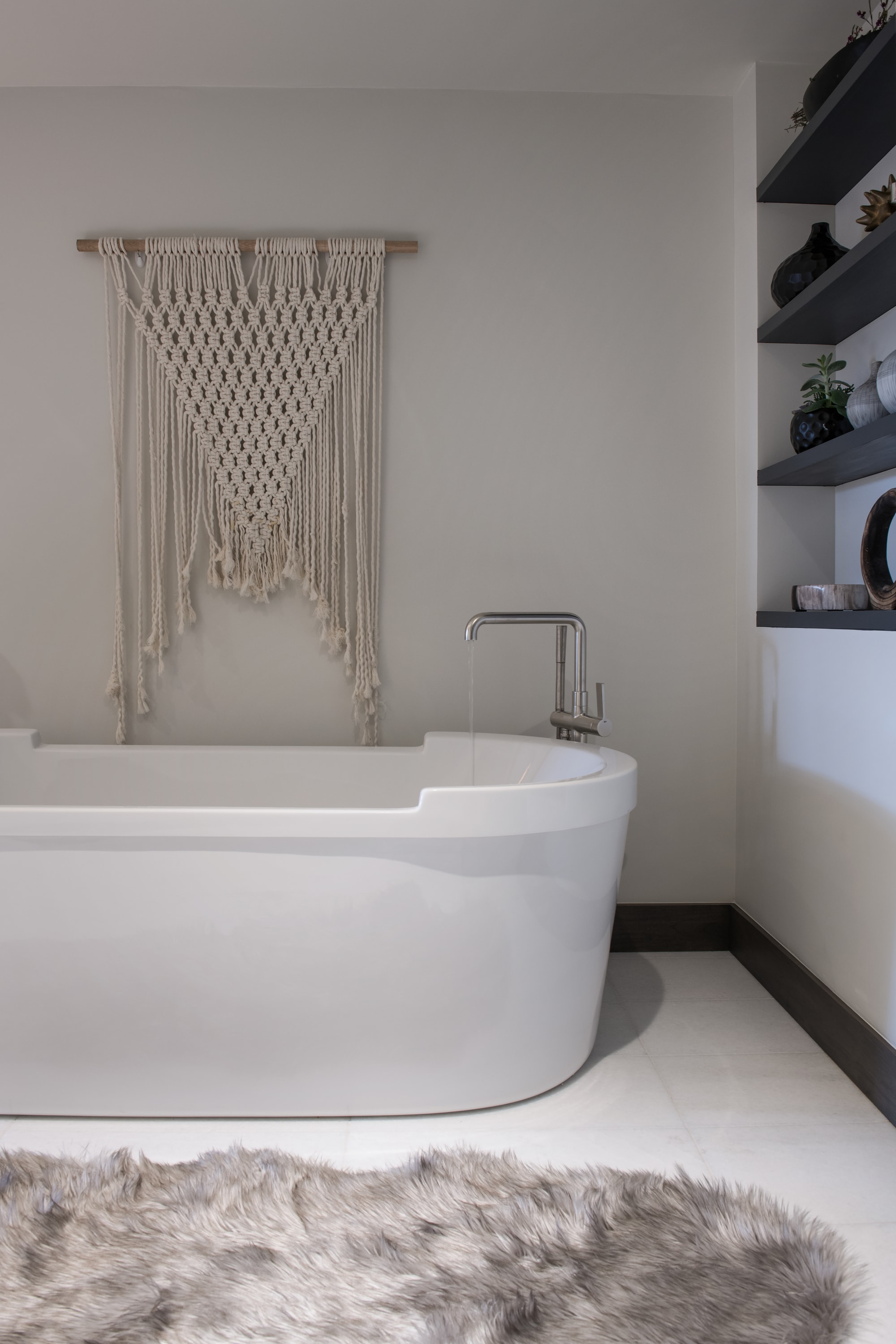Modern bath tub with faucet