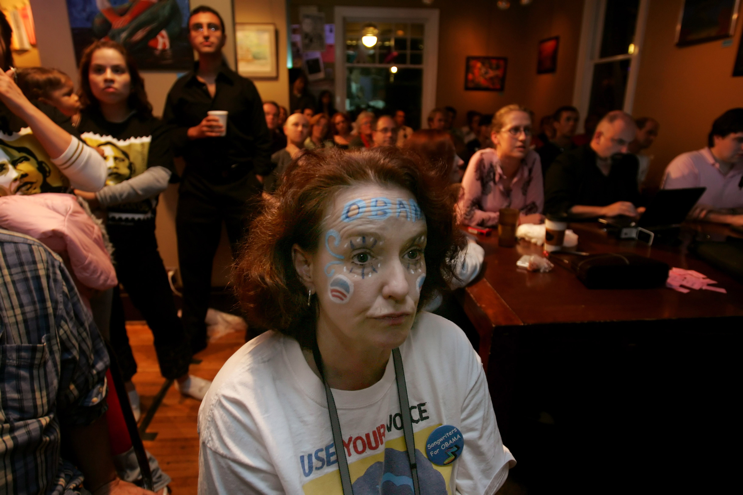 Holly Butler watches the beginning of the town hall debate at Belmont University on TV at nearby Bongo Java coffee shop.
