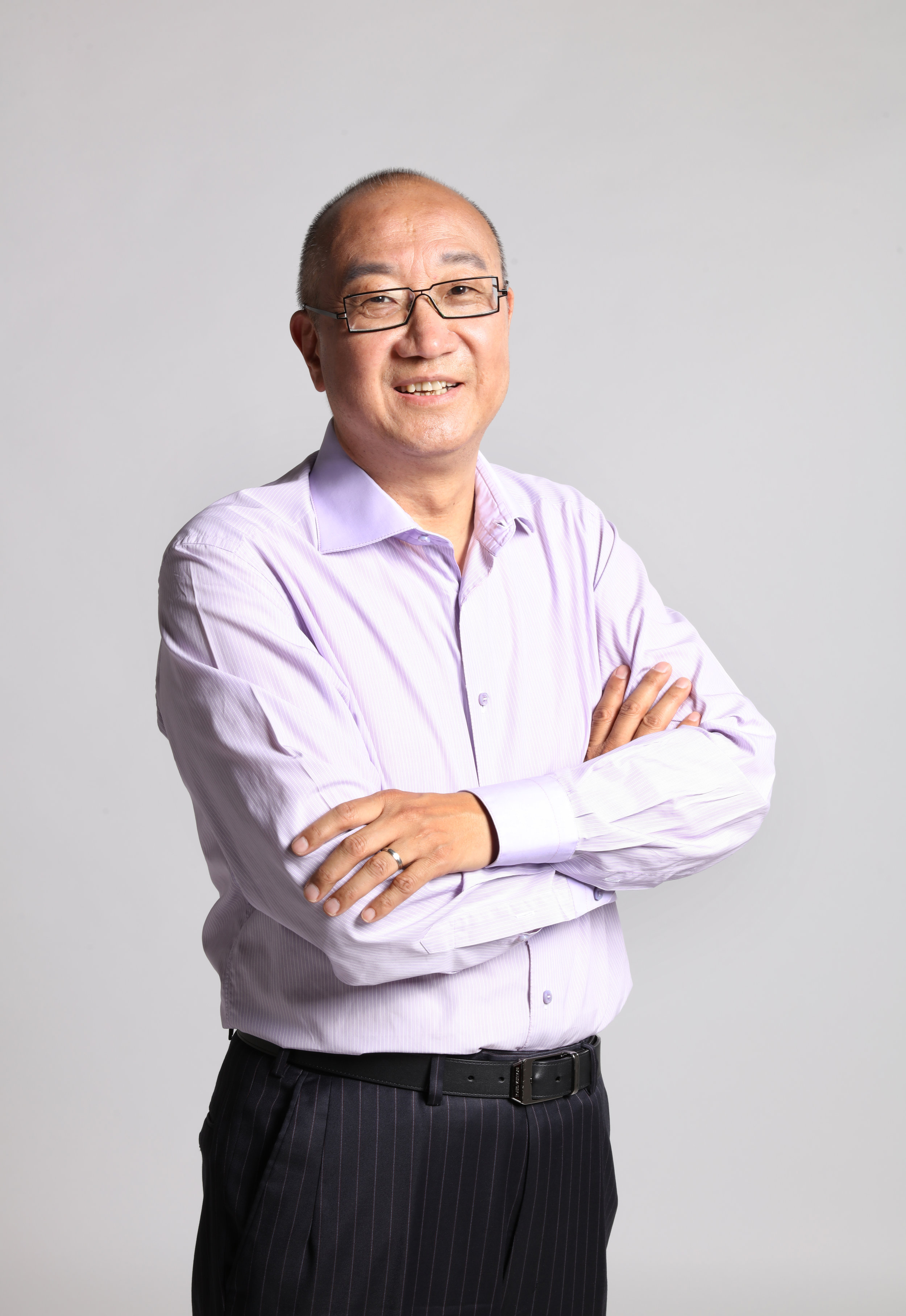 """Mr. Feng Lun - Founder of Fengzi,CEO of Yufeng CapitalFounder of Vantone HoldingsMr. Feng Lun founded Vantone Holdings Co., Ltd. in 1991, in which its subsidiary corporation Vantone Real Estate Co.,Ltd went public in 2000. For more than twenty years, Mr. Feng has devoted tremendous efforts to pursue a prosperous development in China's real estate industry, and promote the idea of entrepreneurial social responsibility among the public. In 1999, he co-founded the China Urban Realty Association (CURA) with other notable real estate businessmen including Vanke founder Wang Shi, and was elected to be the President in 2002. With years of continuous growth, CURA is now one of the very most influential real estate strategic alliances in China. Mr. Feng is also a board of trustees of Hupan University which was founded by Jack Ma. Not only does Mr. Feng Lun serve as a successful real estate entrepreneur, he also publishes a series of business management books. The books he published have been sold more than one million copies. Not surprisingly, Mr. Feng has been praised by the public to be the """"Philosopher of the Real Estate Industry"""". In 2015, Mr. Feng established Hangzhou Fengzi Arts and Entertainment Co., Ltd."""