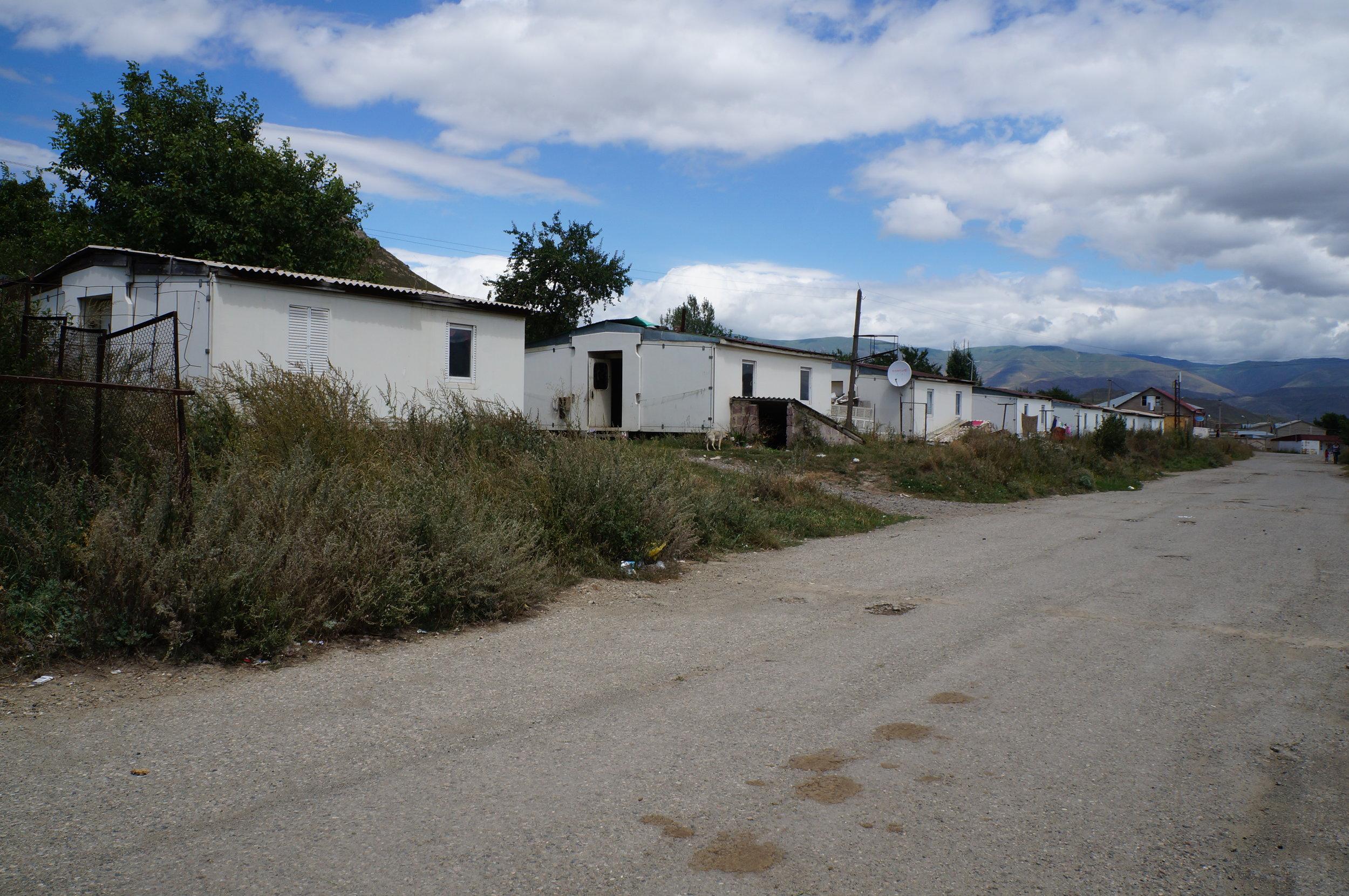 Իտալական ձևով կառուցված դոմիկների (փոքր, ժամանակավոր տներ) շարք Սպիտակում, որտեղ դեռ ապրում են ընտանիքներ: