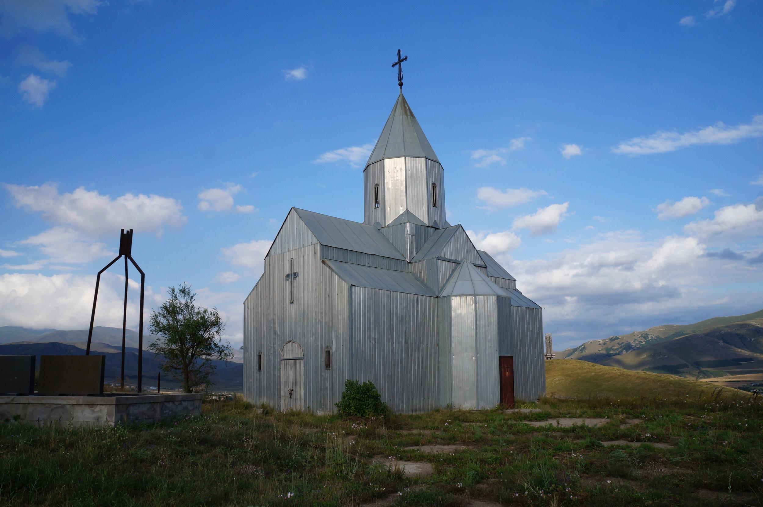 Սպիտակի այս եկեղեցին կառուցվեց երկրաշարժի արհավիրքներից անմիջապես հետո: Այն դարձավ սփոփանքի և վերածննդի խորհրդանիշ տեղաբնակների համար։ Եկեղեցին հետաքրքիր կառույց է, քանի որ շինված է մետաղից։