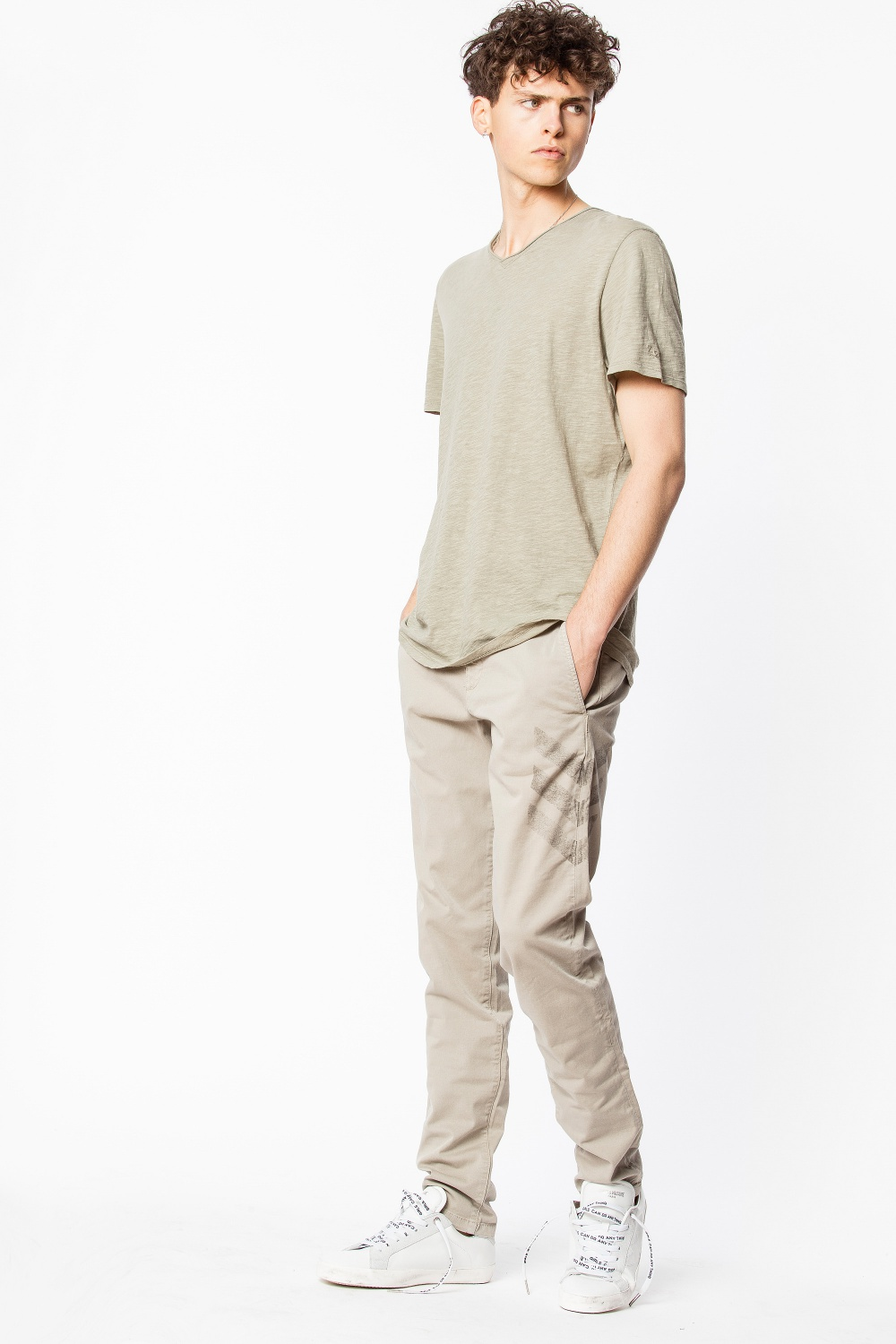 TERRY T-SHIRT - Looking for an overdyed V-neck T-shirt with short sleeves and cut-out chest pocket? This might just be what you are looking for.