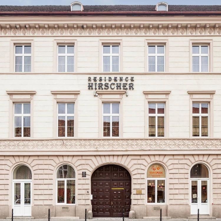"""Residence Hirscher se bucură de o locație liniștită la poalele Muntelui Tâmpa, în centrul istoric al Brașovului, la numai 200 m de Piața Sfatului, Biserica Neagră și strada Republicii. A fost construită în 1847 sub numele de """"Casa Iordache David"""".   Deși locația este situată într-o clădire monument istoric, beneficiază totodată de facilități specifice timpurilor moderne. Residence Hirscher a fost renovată în perioada 2017-2018 din dorința de a le oferi oaspeților săi confort și servicii de înaltă clasă. Astfel, pensiunea propune turiștilor un sejur de vis, la poalele muntelui Tâmpa, punând la dispoziția acestora 13 camere duble, 2 camere single și un apartament.        Residence Hirscher oferă camere moderne, mobilate luxos, atât pentru sejururi scurte și cât și pentru perioade mai lungi. Oaspeții noștri au posibilitatea de a alege dintr-o varietate de camere adaptate nevoilor fiecăruia: camere duble de lux, camere duble standard, cu paturi duble și matrimoniale, camere single, apartament, potrivit pentru o familie.    Camerele noastre sunt confortabile și mobilate cu gust, cu un decor interior elegant.    Fiecare unitate are o baie privată, dotată cu halate de baie și uscător de păr.    Toate camerele sunt dotate cu minibar, telefon, TV, canale prin cablu, internet de mare viteză gratuit. Accesul la camere se face cu ușurință prin existența unui lift.    Departamentul Housekeeping este prezent zilnic pentru a asigura curățenia și pentru o oferi o experiență plăcută turiștilor.    Oferim oaspeților noștri asistență de 24 de ore pe zi, un punct de internet și ziare locale.        Oaspeții se pot bucura de micul dejun în fiecare zi la restaurantul Era Ora, situat la 100 m distanță. Micul dejun poate fi, de asemenea, servit în cameră, la cerere, iar serviciul room service este disponibil. Multe alte restaurante și magazine sunt în imediata apropiere.        Căutați un loc confortabil în centrul istoric al Brașovului ?! Bucurați-vă de serviciile noastre!"""