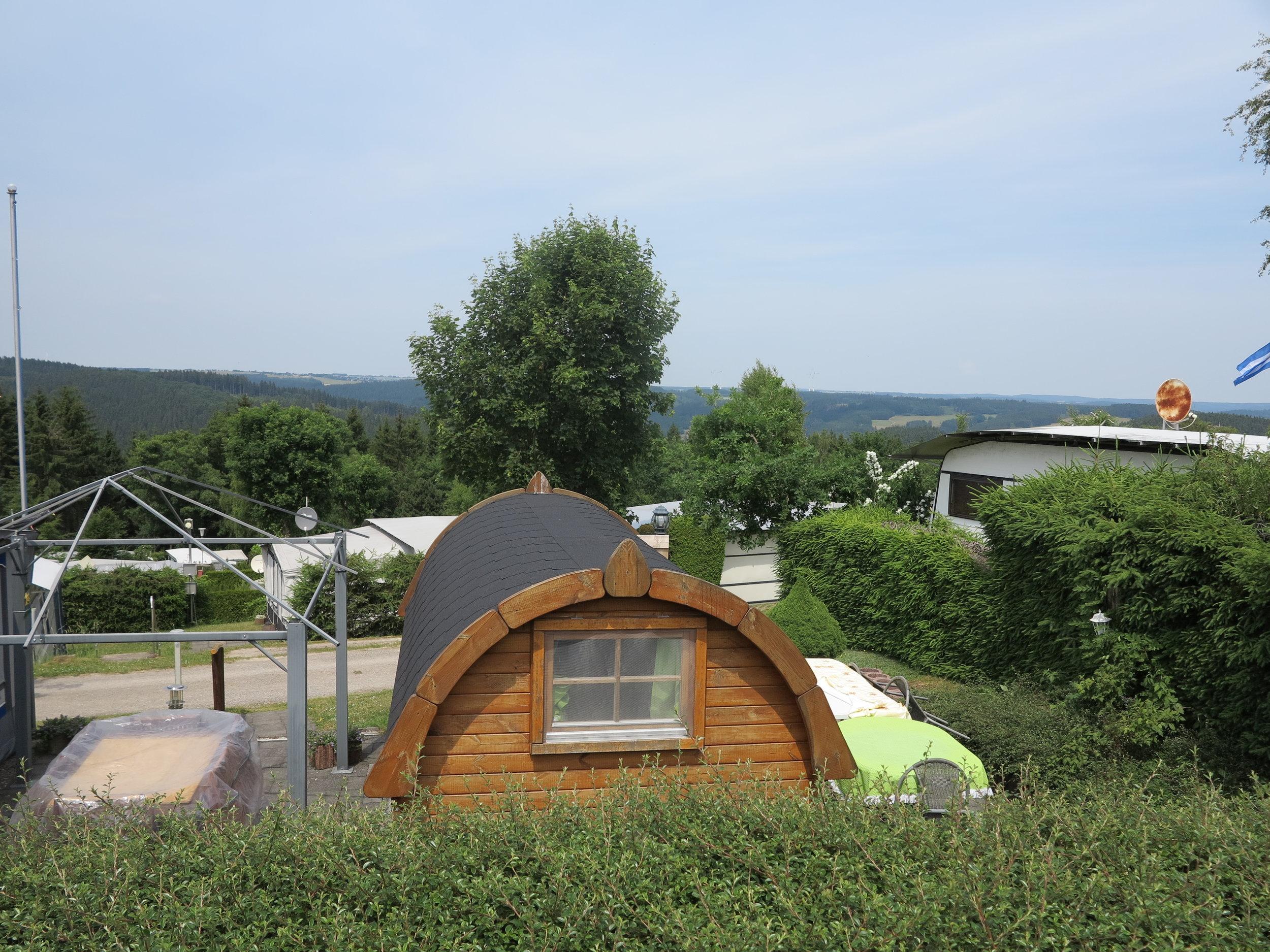 Auf dem Gelände des Campingplatzes verstecken sich gleich mehrere Schlaffässer