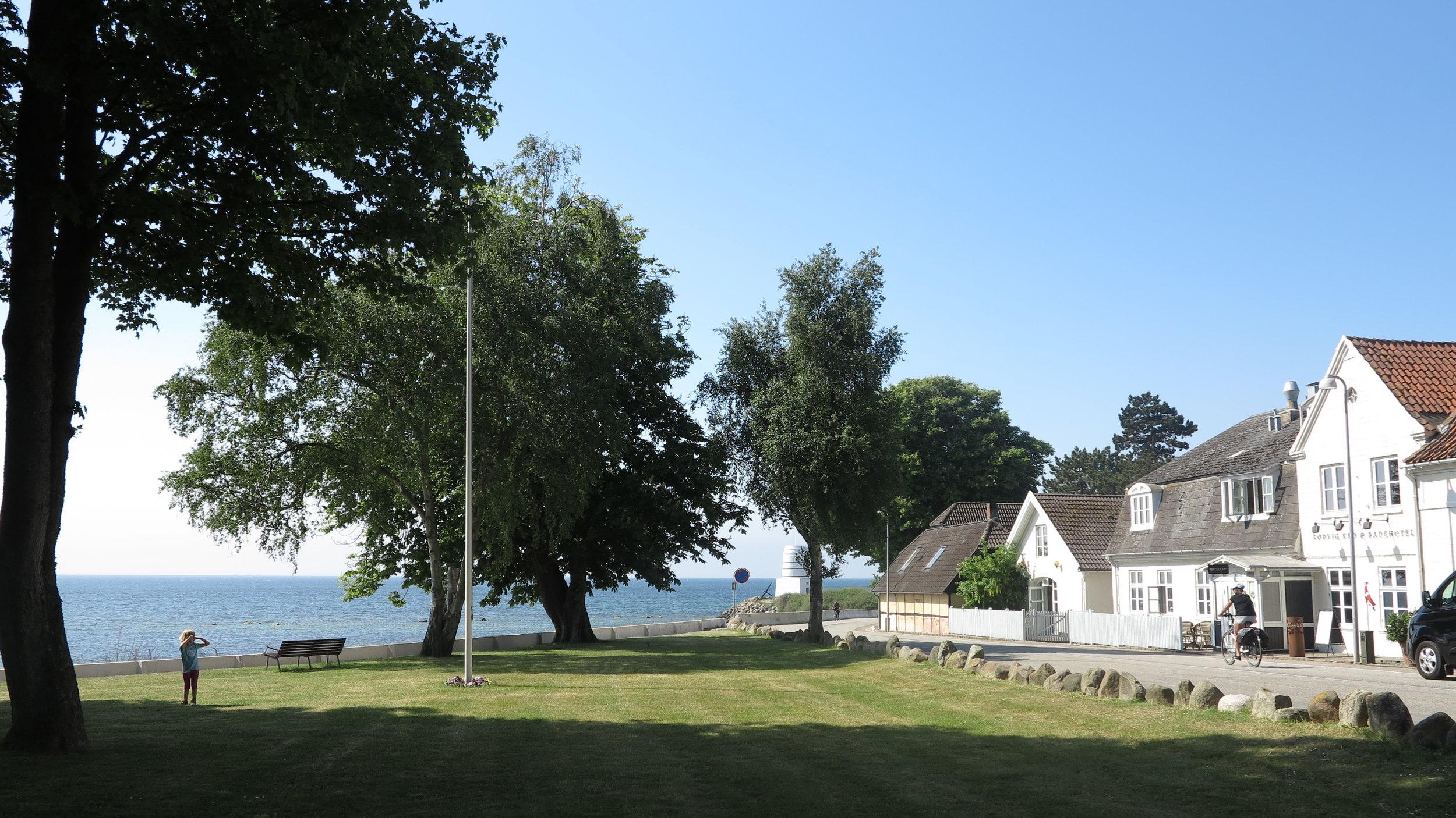 Blau, Grün, Weiß. Und ganz viel Sonne. Am Kro findet sich die perfekte Kombination aus Himmel und Meer, weißen Felsen und Hauswänden und einem grünen Park mit Traumsicht