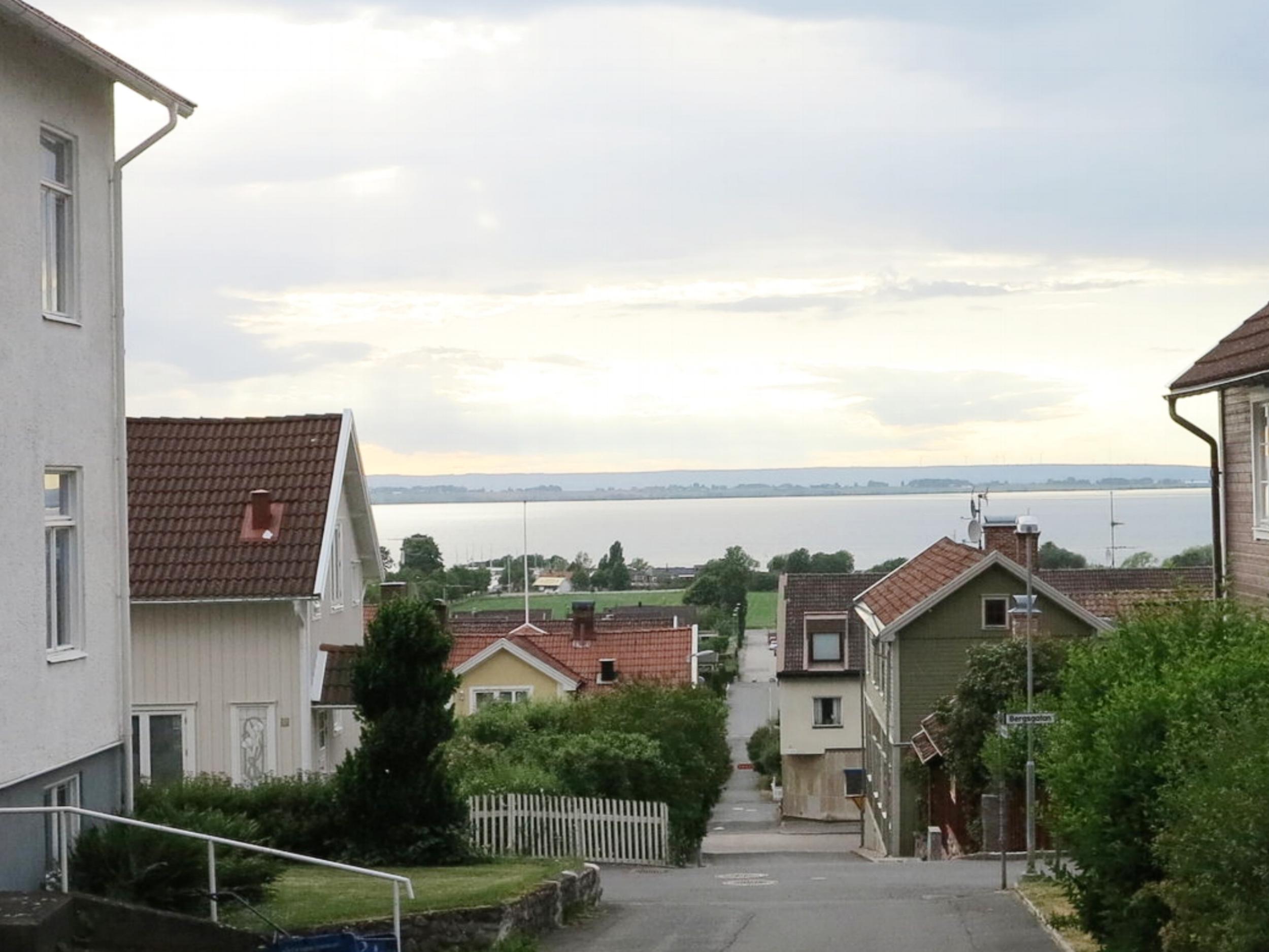 Der Blick aus der Stuga zum See hinunter