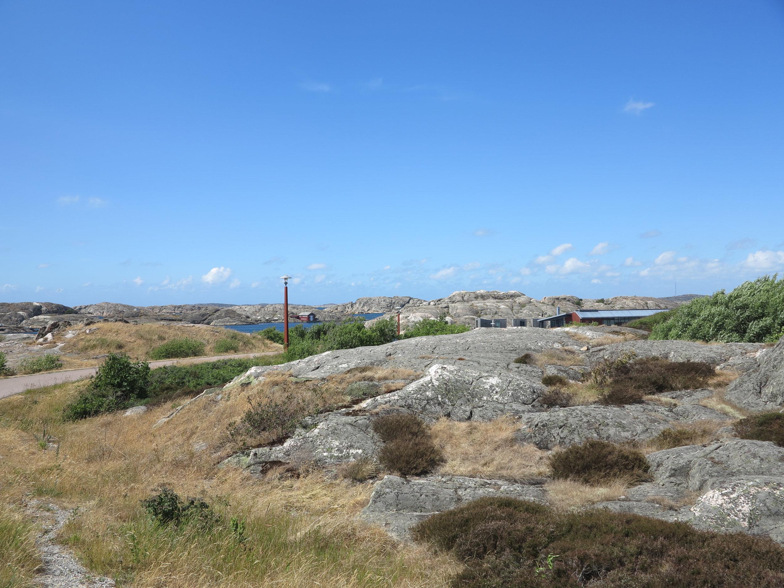 Der Blick über das Felsenmeer in Richtung Badestelle und Museum