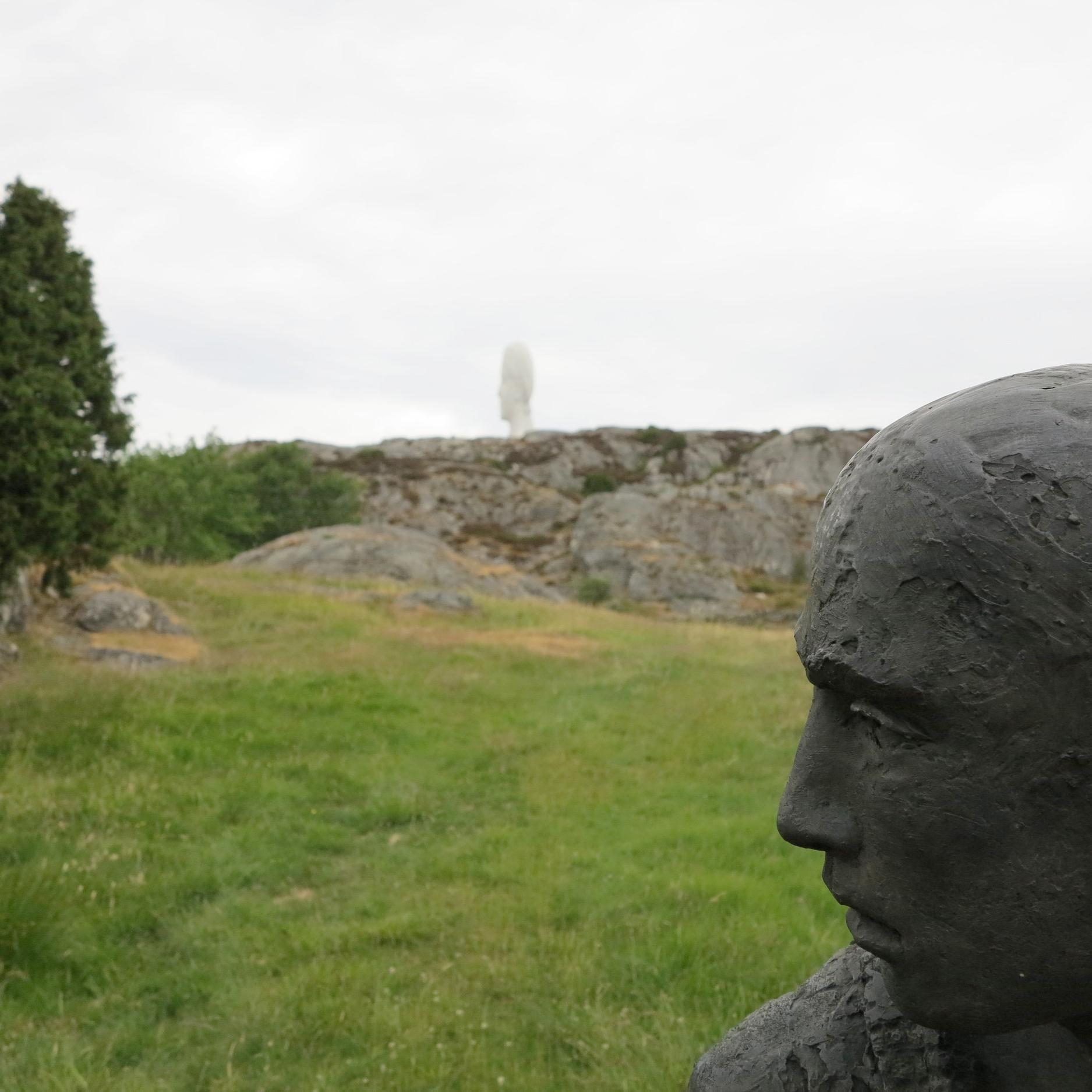 """In Pilane bilden die Skulpturen ein eigenes Kunstwerk mit der Natur, so wie hier eine Skulpturen von  Hanneke Beaumont  vor der """"Anna"""" von  Jaume Plensa  (im Hintergrund)"""