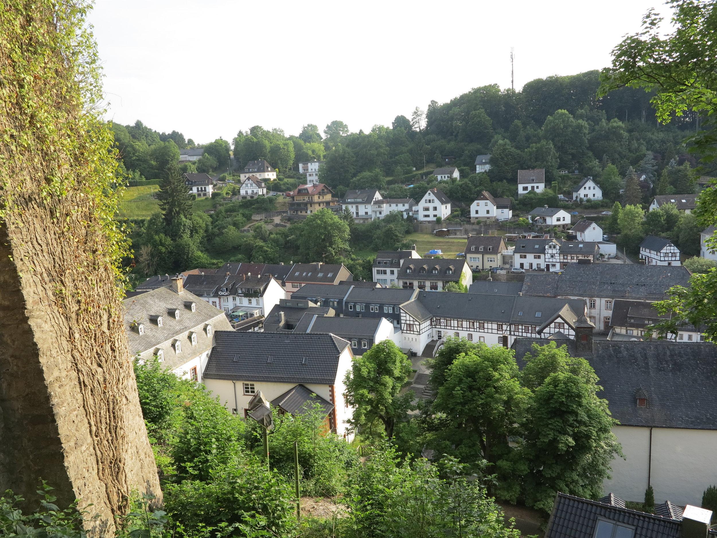 Blick von der Burg hinunter auf Blankenheim