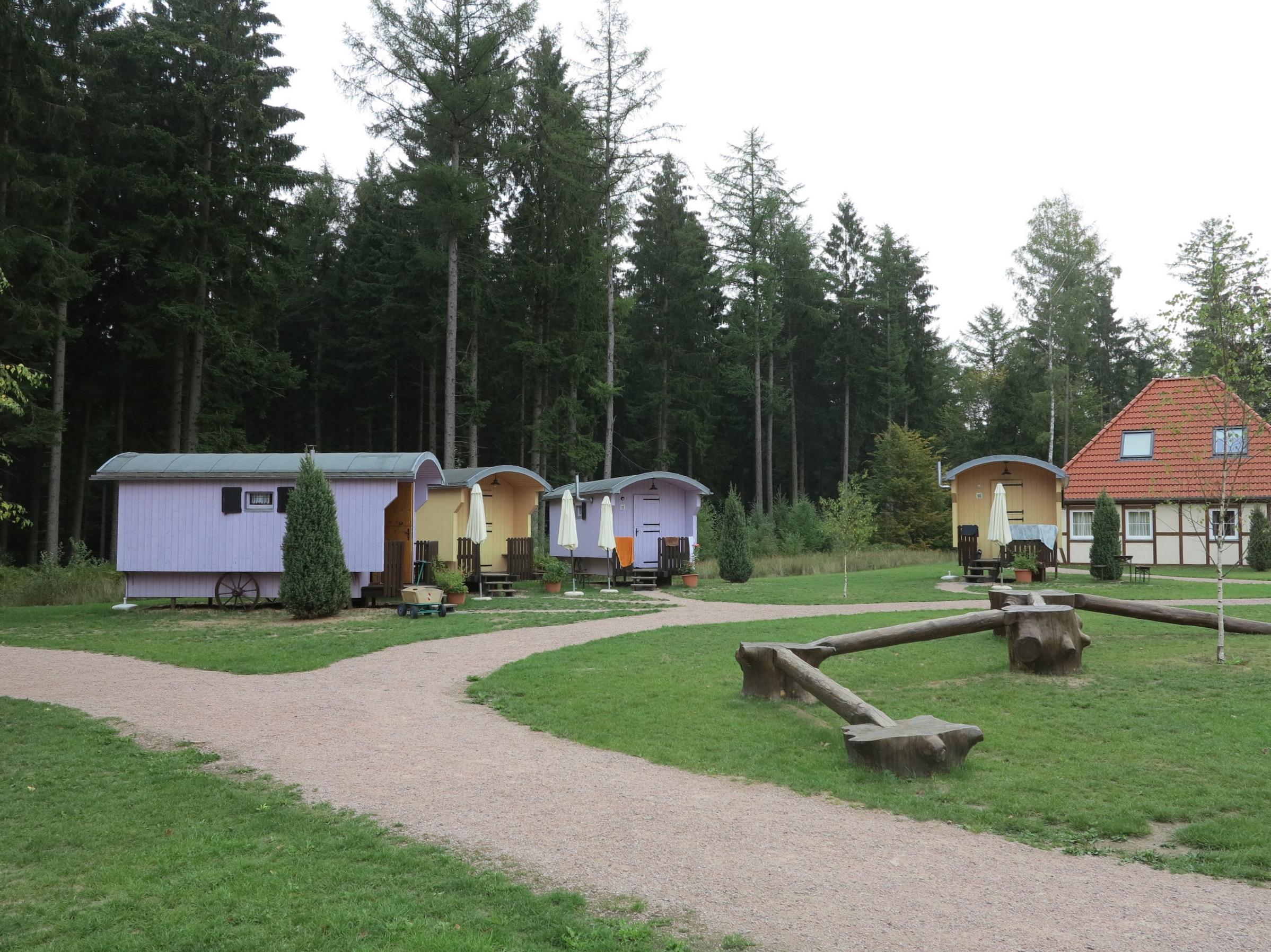 Wie ein Dorf sind Wagen und Häuser angelegt