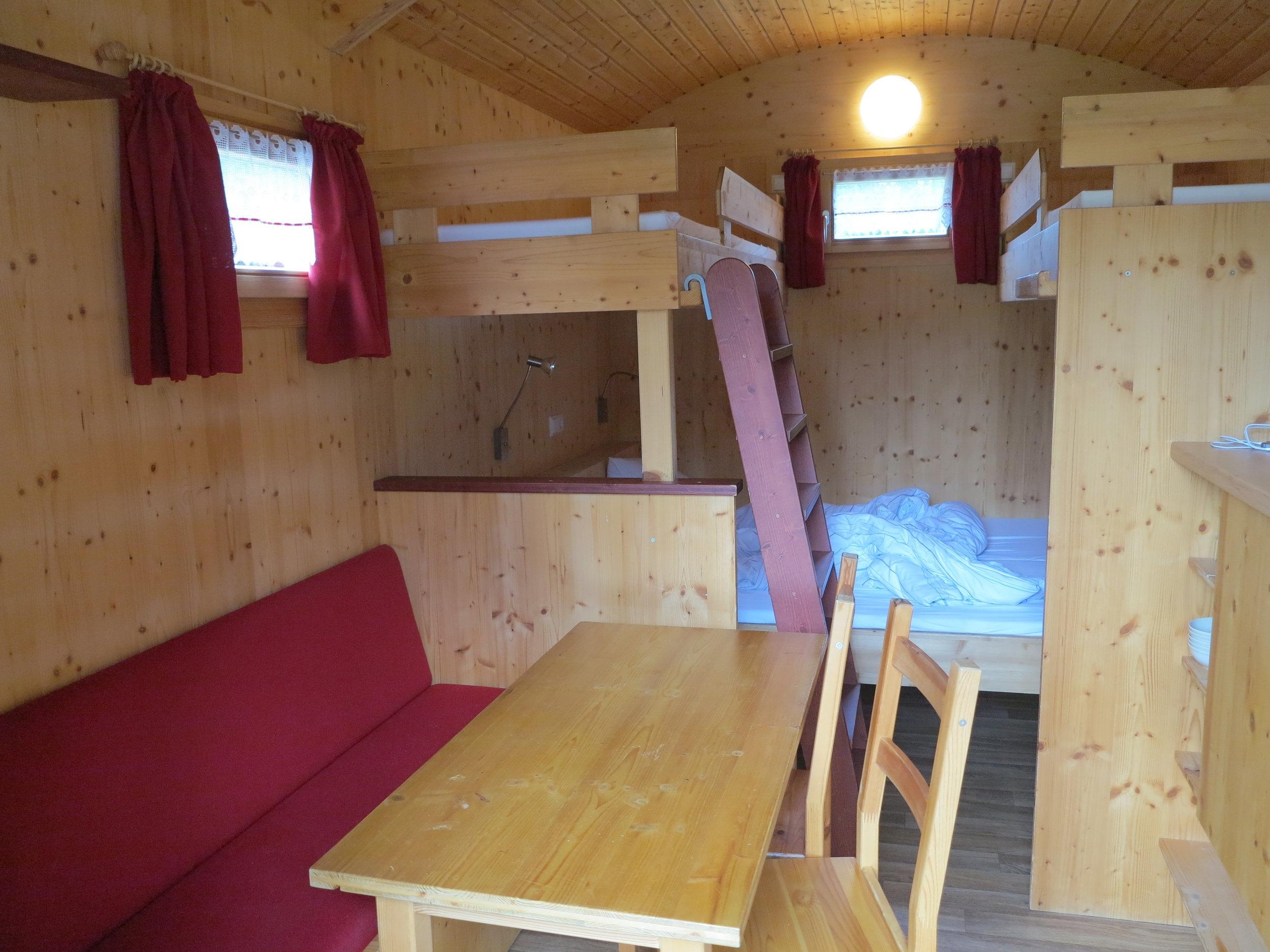 Kuschelige Einrichtung aus Holz - mit Esstisch, Schlafkoje und zwei Hochbetten