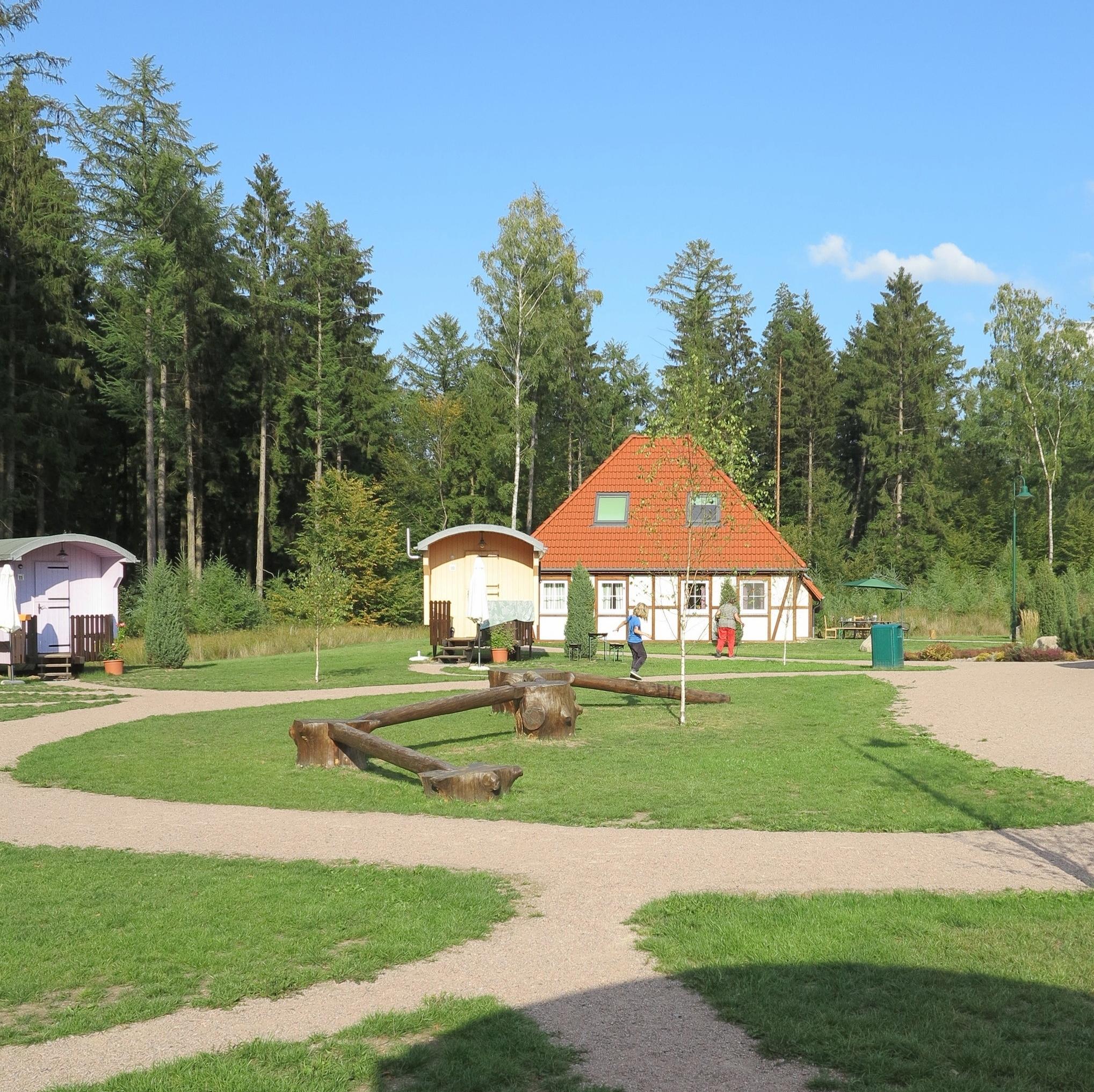 In der Mitte des Schäferdorfes kann man herrlich balancieren üben