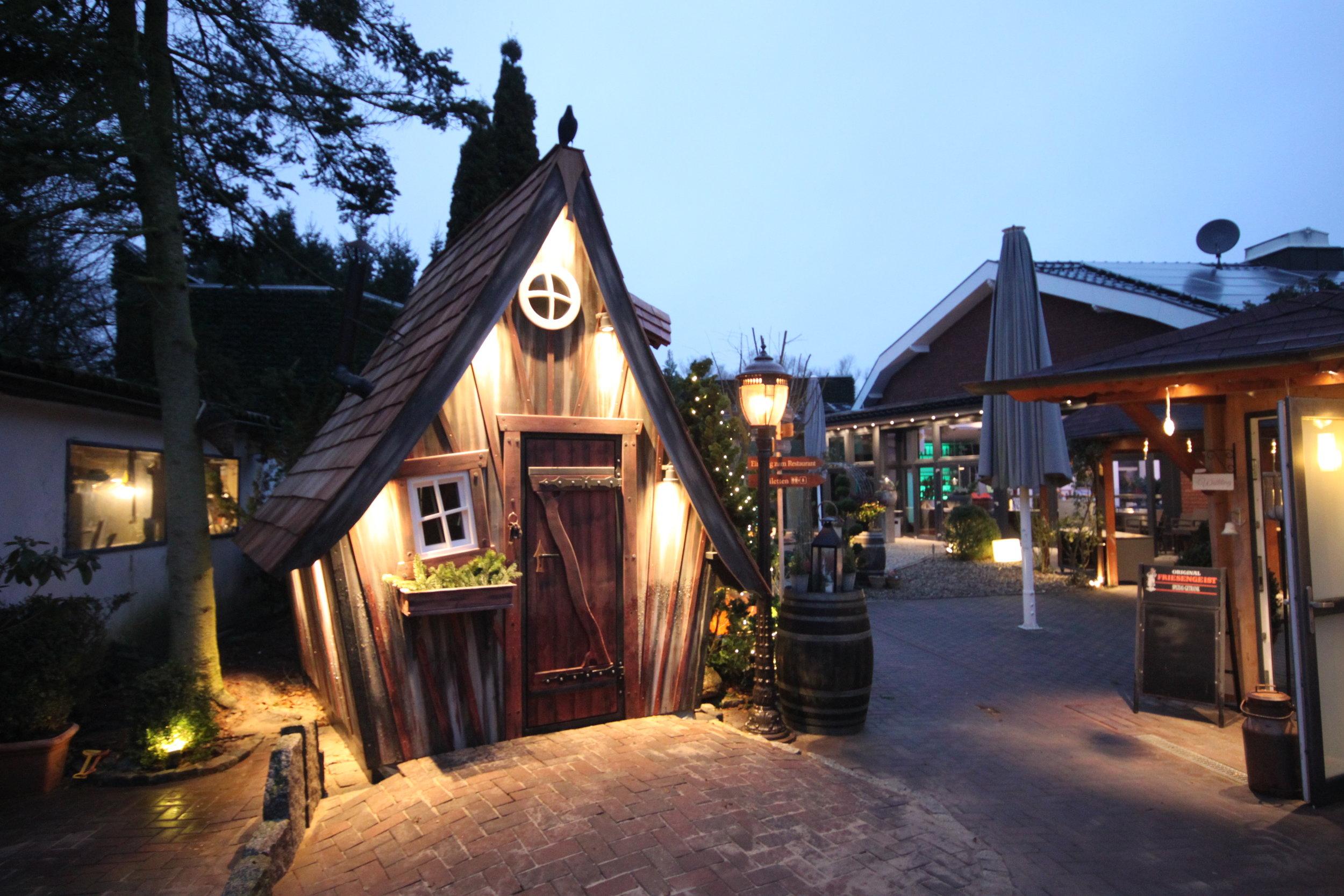 Biergarten inklusive Hexenhaus. Darin kann man essen, nicht übernachten (Copyright: Stefan Eggers)