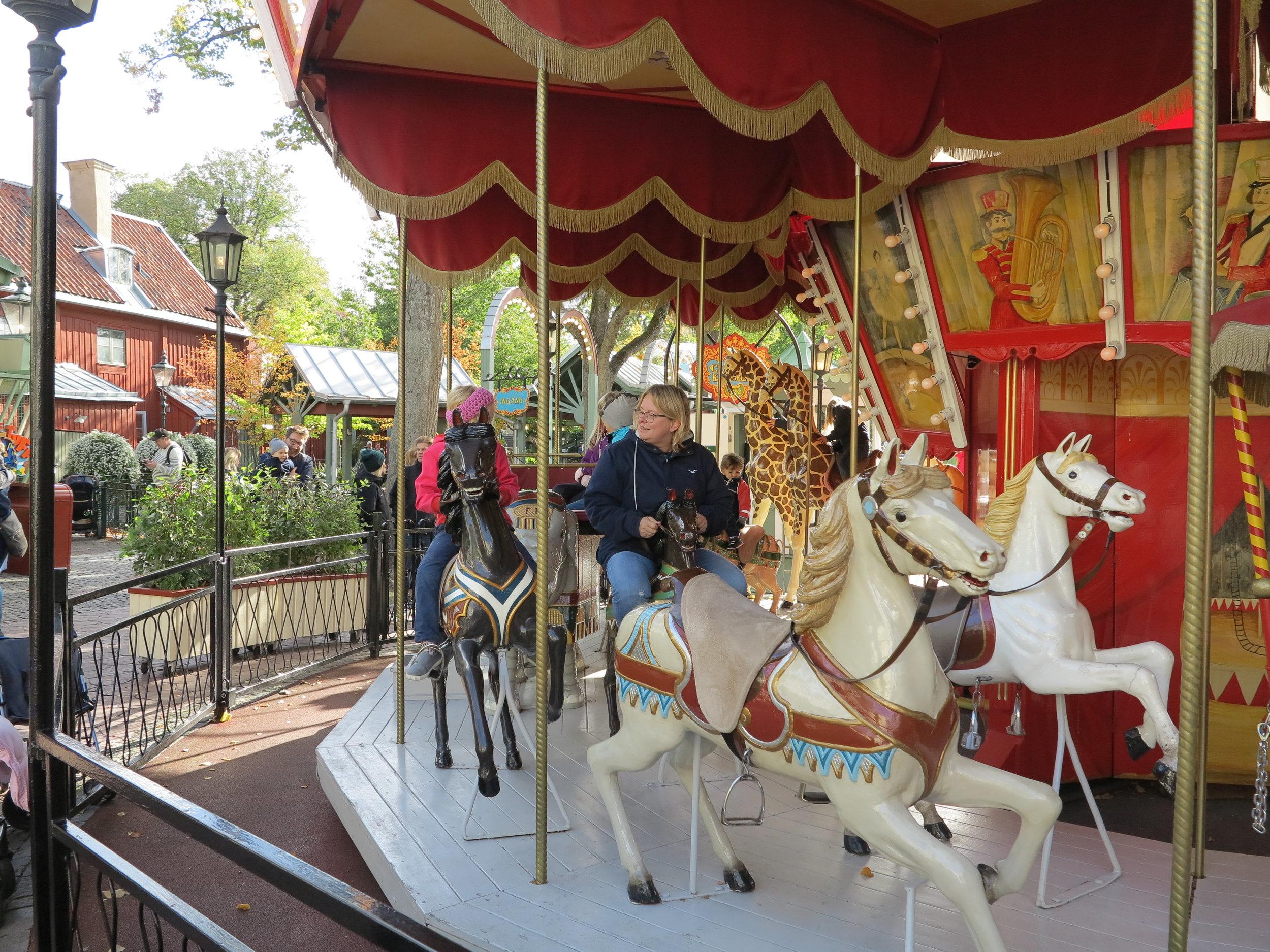Auf dem historischen Karussell im Freizeitpark Gran Lund