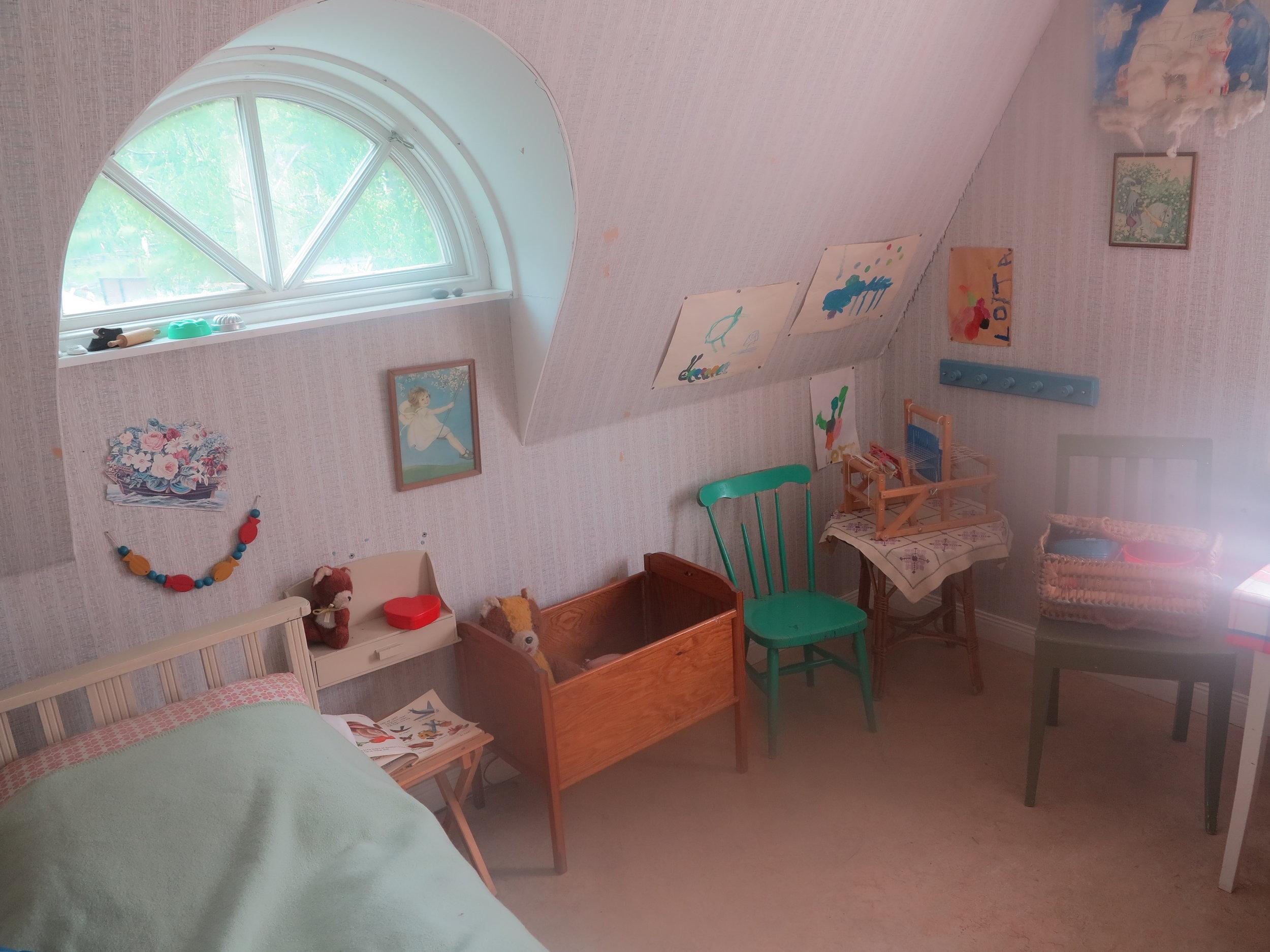 … Lottas Kinderzimmer mit ihrem Bettchen und ihren Spielsachen bestaunen. So als wäre sie gerade erst dagewesen und nur eben rüber zu Tante Berg …