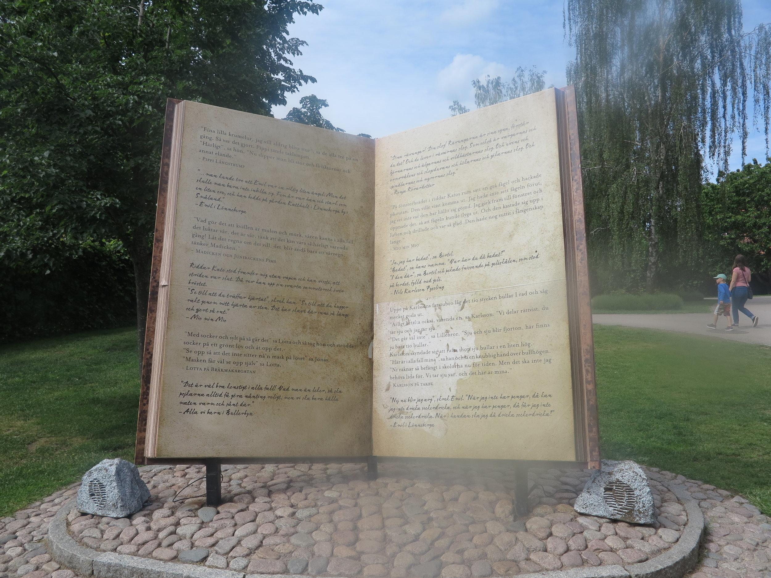 Ein riesiges Buch erinnert als Denkmal in der Astrid Lindgren Welt an das Werk der berühmten Kinderbuchautorin