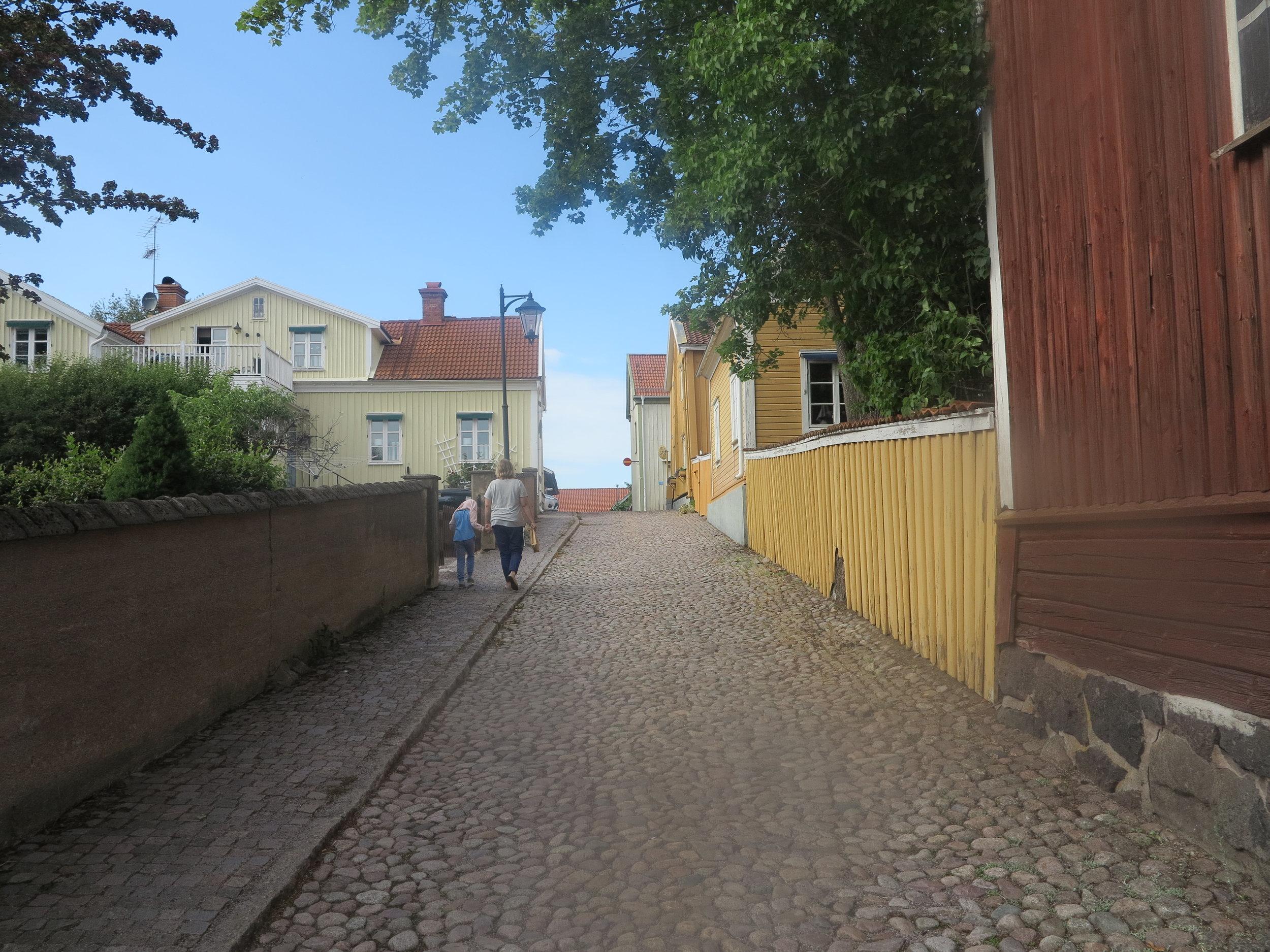 Idyllische Kopfsteinpflastergassen führen uns im Städtchen Vimmerby durch das Revier von Kalle Blomquist und seiner Bande