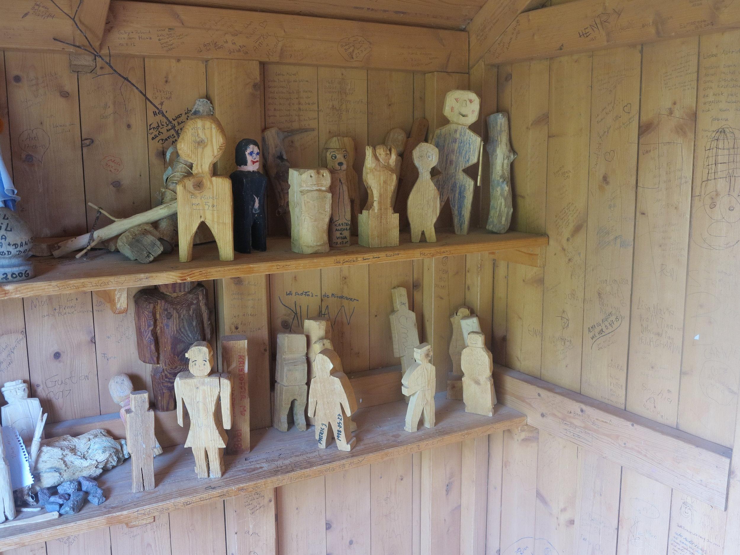 So viele Männchen musste der Michel schnitzen. Wer nach Lönneberga fährt, kommt gleich am Ortseingang an der kleinen Scheune vorbei, in der Männchen …