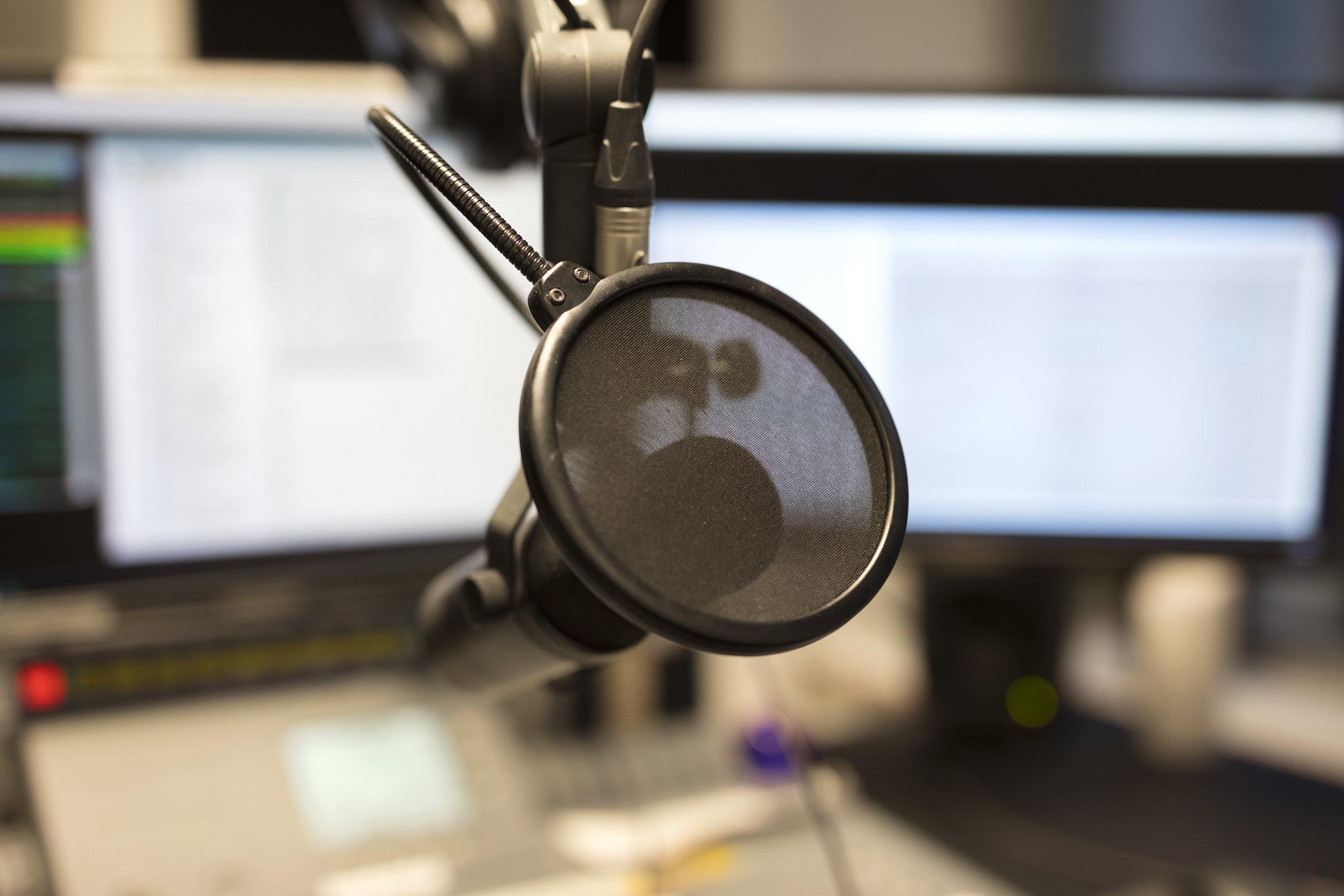 photodune-21658892-closeup-of-a-microphone-in-radio-station-broadcasting-studio-xl.jpg