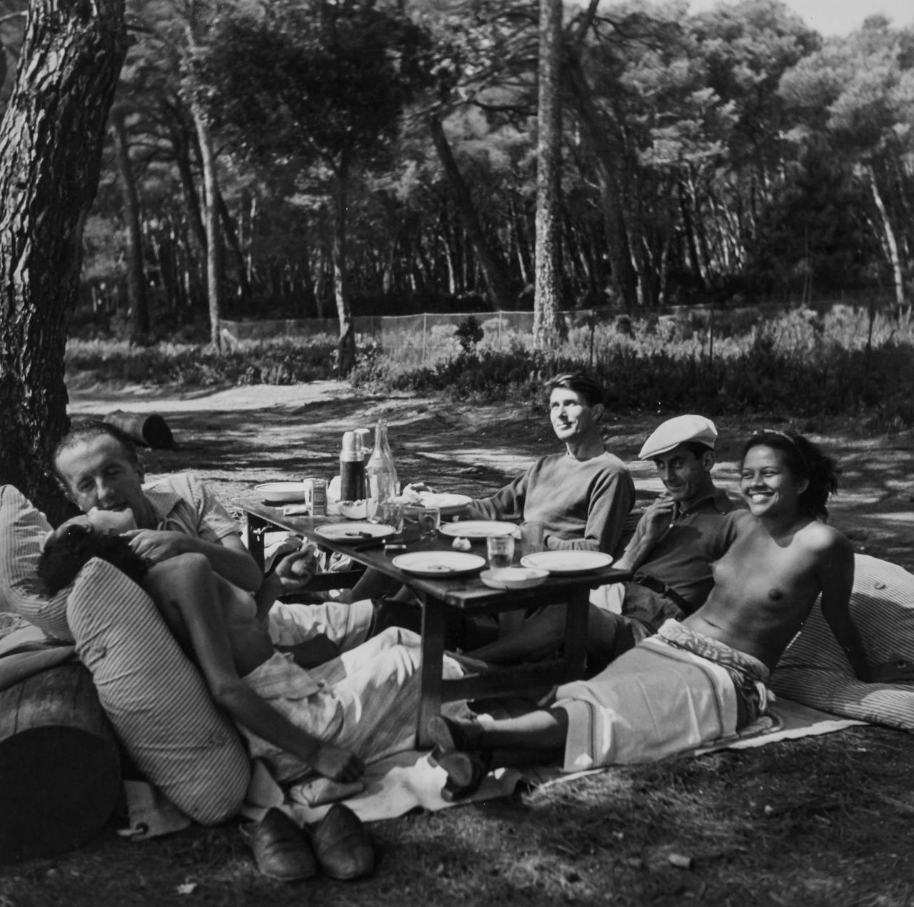Picnic: Paul and Nusch Eluard, Roland Penrose, Man Ray, and Ady in Picassos garden, Mougins, France, 1937. ©Lee Miller