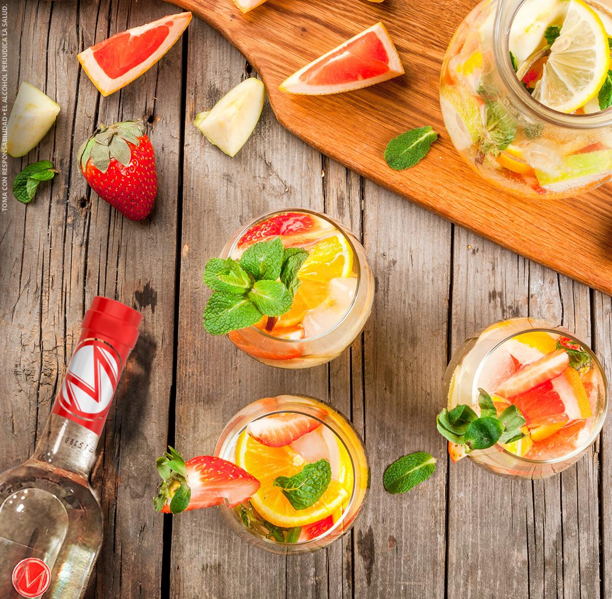 Appletini Cocktail - INGREDIENTES2 onzas de Macorix AppletiniPiña y fresas picadas en pequeños trocitos1 onza de jugo de naranjaPREPARACIONAgrega en ron y las frutas picadas, luego vierte el jugo de naranja.