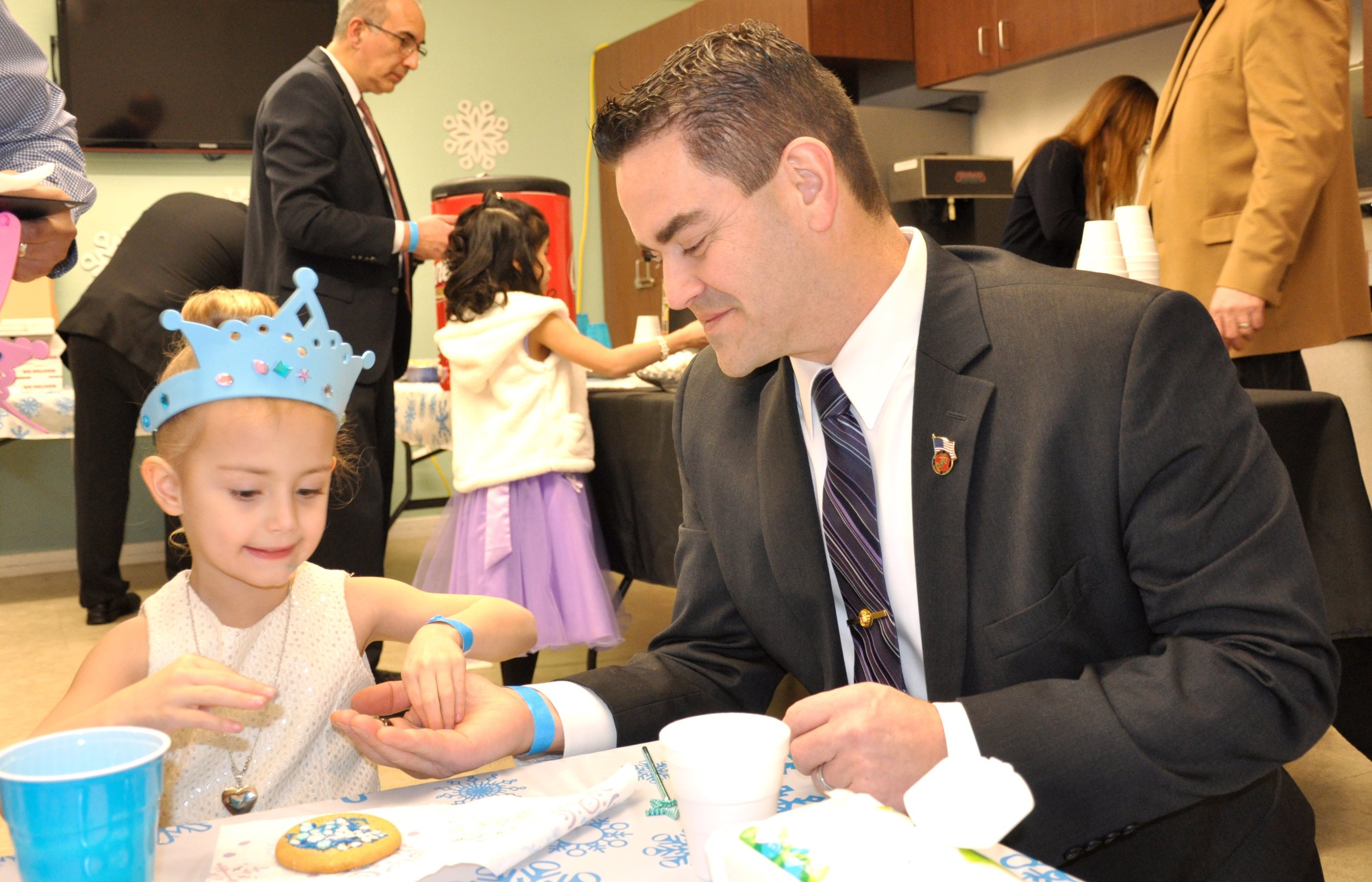 Avery decorates cookies with her dad.