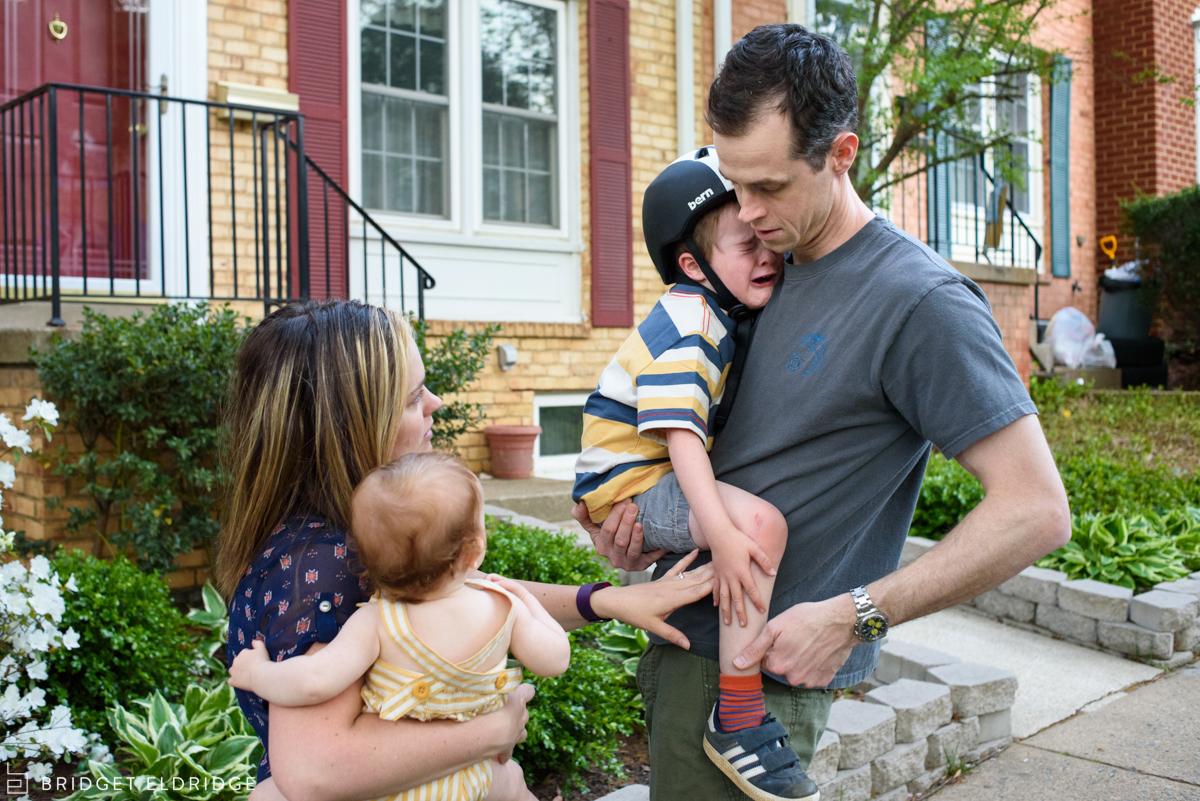 parents help little boy who cut his knee