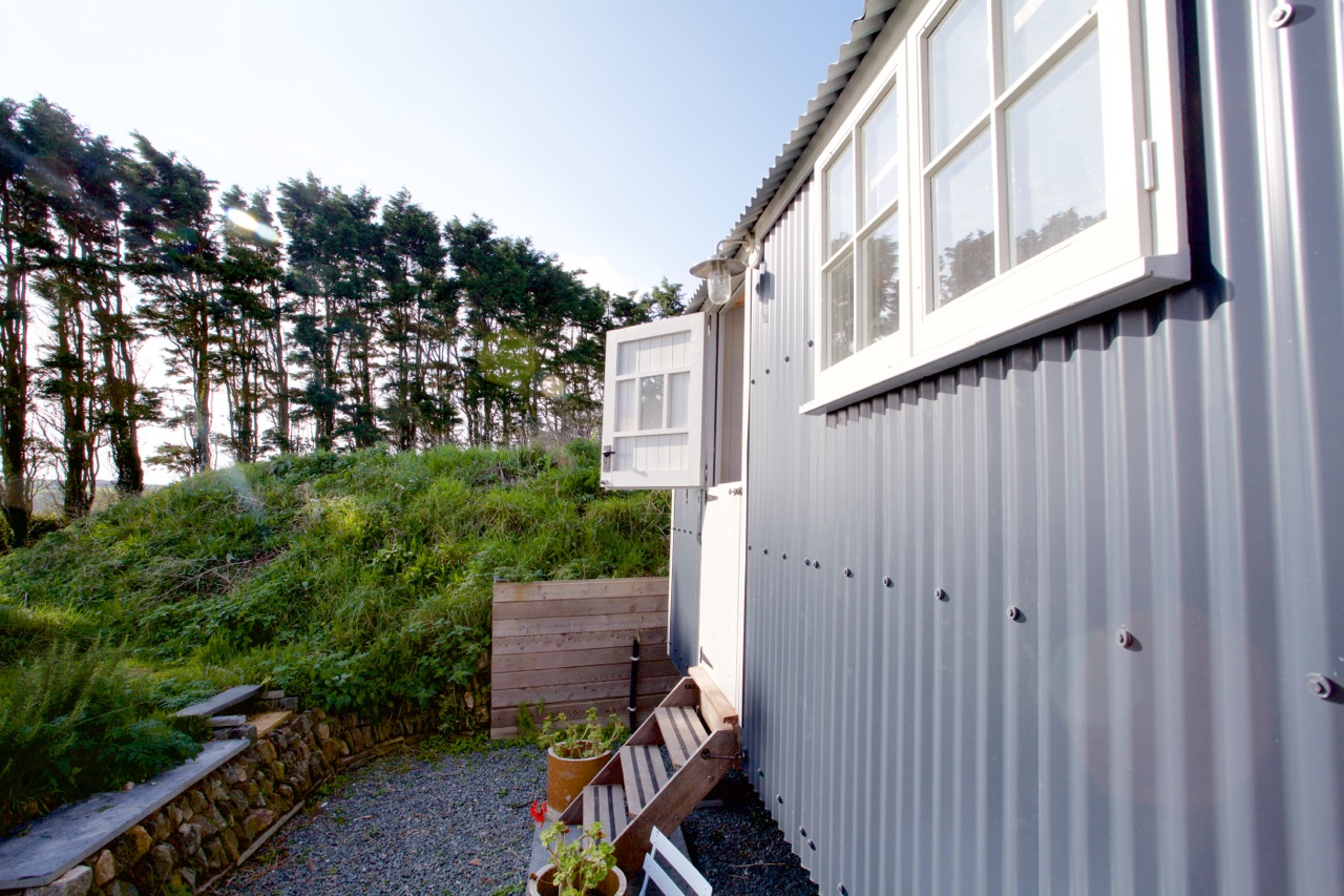 'MOYLES' SHEPHERD'S HUT - Designed and built by local craftsmen, with no near neighbours and amazing views over open farmland, a perfect retreat to relax and unwind - Sleeps 2