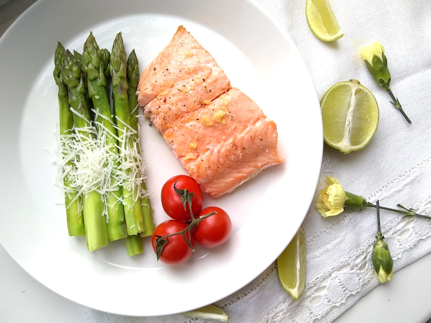 Asparagus with salmon and vine tomatoes.jpg