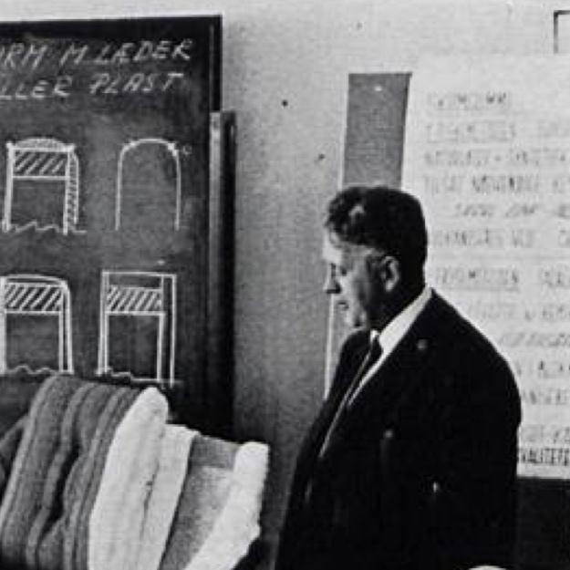 Gunnar Theódórsson (1920-2002). .  Gunnar Theódórsson stundaði nám í húsgagnabólstrun og síðar innanhússarkitektúr í Kaupmannahöfn á árunum 1938-1945. Eftir að hann kom heim úr námi starfaði hann hjá Húsameistara Reykjavíkurborgar til 1954, rak eigin teiknistofu frá 1954-1971 og vann hjá Skrifstofum ríkisspítalanna frá 1971–1995.  Heimild: Hönnunarsafn Íslands Mynd:  Iðnaðarmál 17.árg.1970