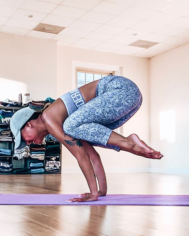The last day of #YogiAloha is already here!! Where did the week go?? Finishing off strong with #CranePose 💪🏽 • I know I speak for both @amandaalohayoga and I when I say we are so so grateful 🙏🏽 to each and every one of you who joined in our challenge & helped us spread the word about #PlasticFreeJuly ♻️ We loved reading about how you are living #sustainably and how you're helping our earth and oceans one step at a time 🌍 My last tip for this challenge is: Transition your Tupperware to GLASS! I know you fit babes out there can feel me on this— Organizing Tupperware & dealing with old plastic ones that got ruined in the dishwasher is the worst!! 🙈 I transitioned to glass Tupperware a few months ago and it has been a lifesaver! They are so much easier to clean, they are sturdy, they don't leave your food with a weird plastic smell & you just feel good using them! 🤗 What are your thoughts on this?