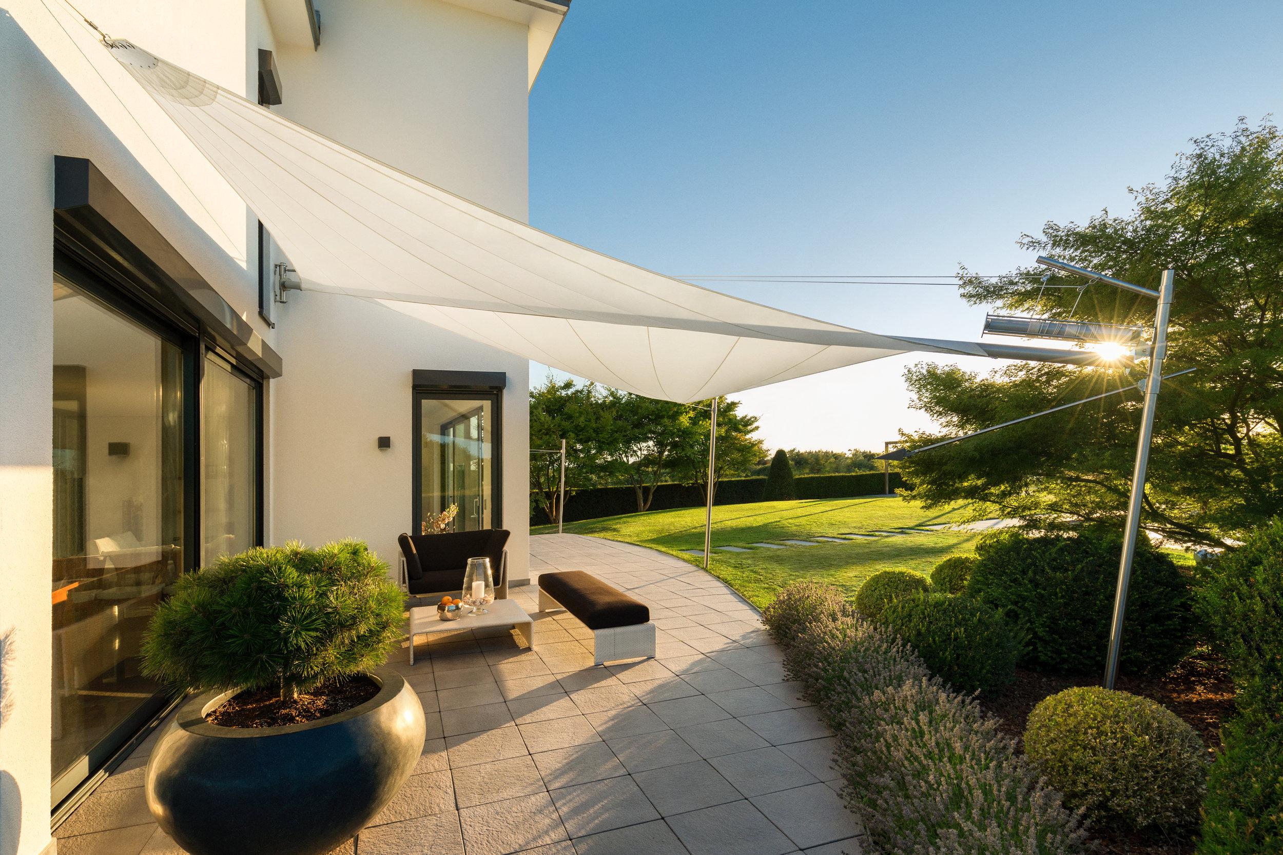 Sonnensegel für Hotel am Gebäude montiert_rewalux GmbH.jpg