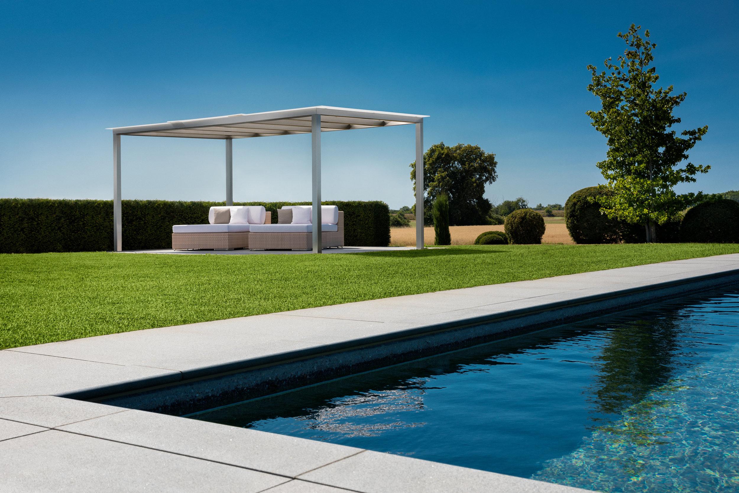 Pergola rewalux auf großem Grundstück mit Pool.jpg