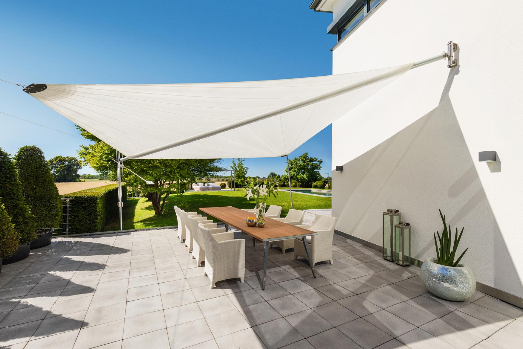 Halbautomatisches Diagonal Sonnensegel für die Terrasse von rewalux GmbH.jpg