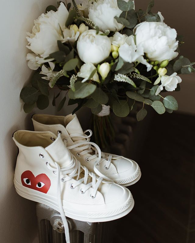 bride style on fleek 😎 flowers by @flower_lounge  #weddingconverse #bridesneakers #bridegoals #coolbride