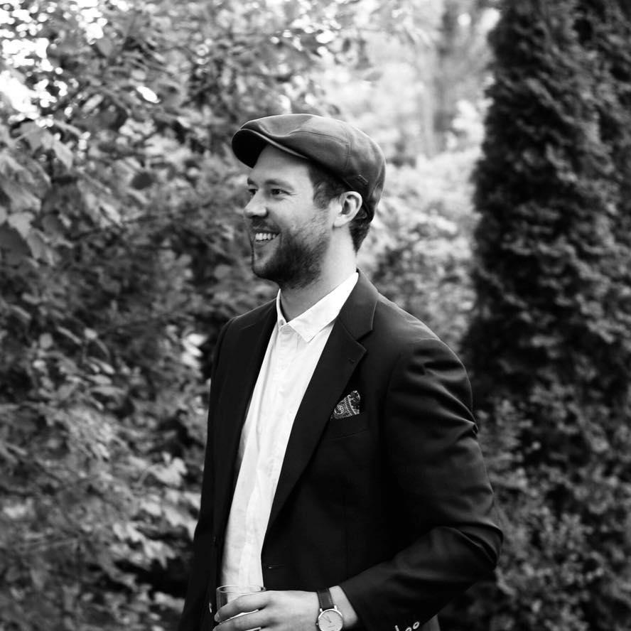 Louis-Philippe Allard-Bergeron - unïdsounds, c'est trois gars de Québec qui ont à cœur de faire vivre le son, sous toutes ses formes. Production de spectacles, agence de DJ, gestion de programmation, listes de lecture adaptées, sonorisation.. tout y passe. Le nom de l'entreprise est d'ailleurs né d'un jeu phonétique découlant de la phrase «You need sounds».Rencontre avec Louis-Philippe, dont la vocation donne tout son sens à la réussite d'un tel projet à Québec.