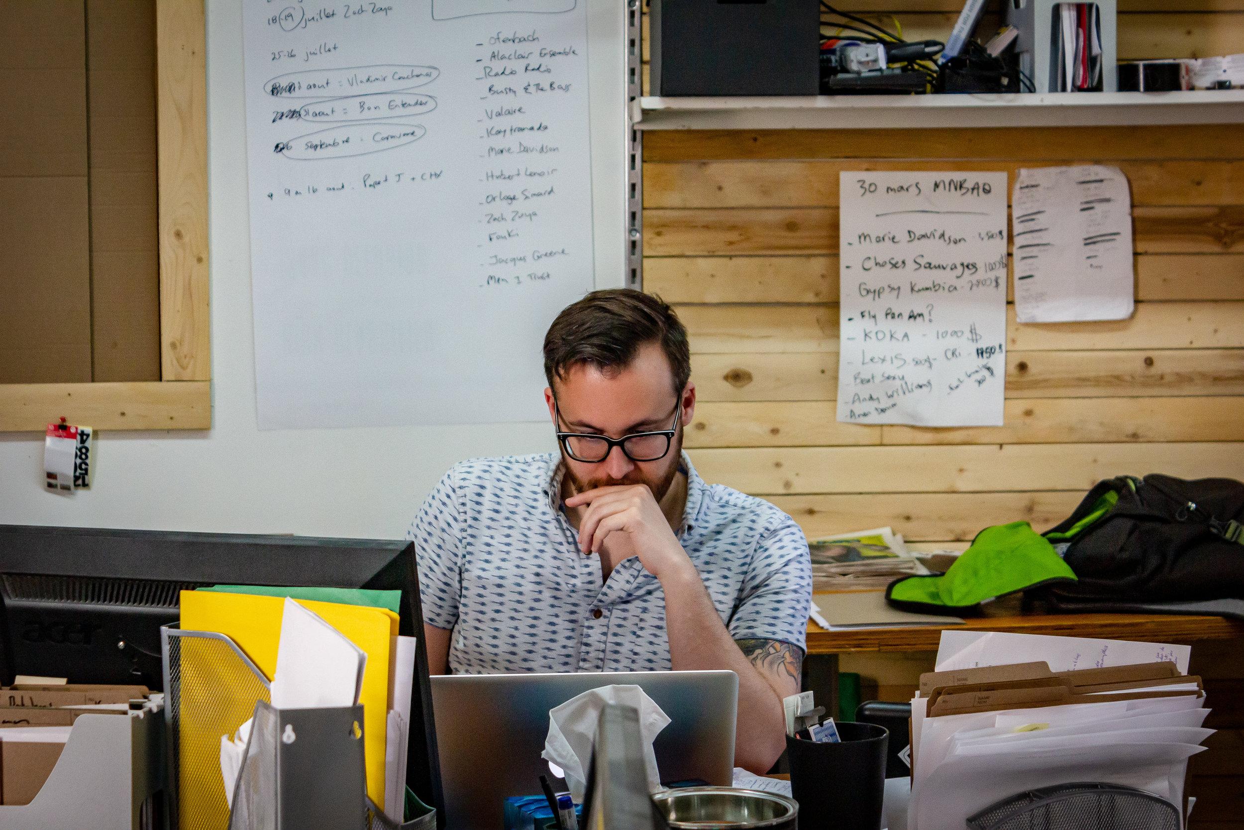 Vincent Leboeuf-Gadreau - unïdsounds, c'est trois gars de Québec qui ont à cœur de faire vivre le son, sous toutes ses formes. Production de spectacles, agence de DJ, gestion de programmation, listes de lecture adaptées, sonorisation.. tout y passe. Le nom de l'entreprise est d'ailleurs né d'un jeu phonétique découlant de la phrase «You need sounds». Rencontre avec Vincent Leboeuf Gadreau, mastermind derrière les communications de l'entreprise.