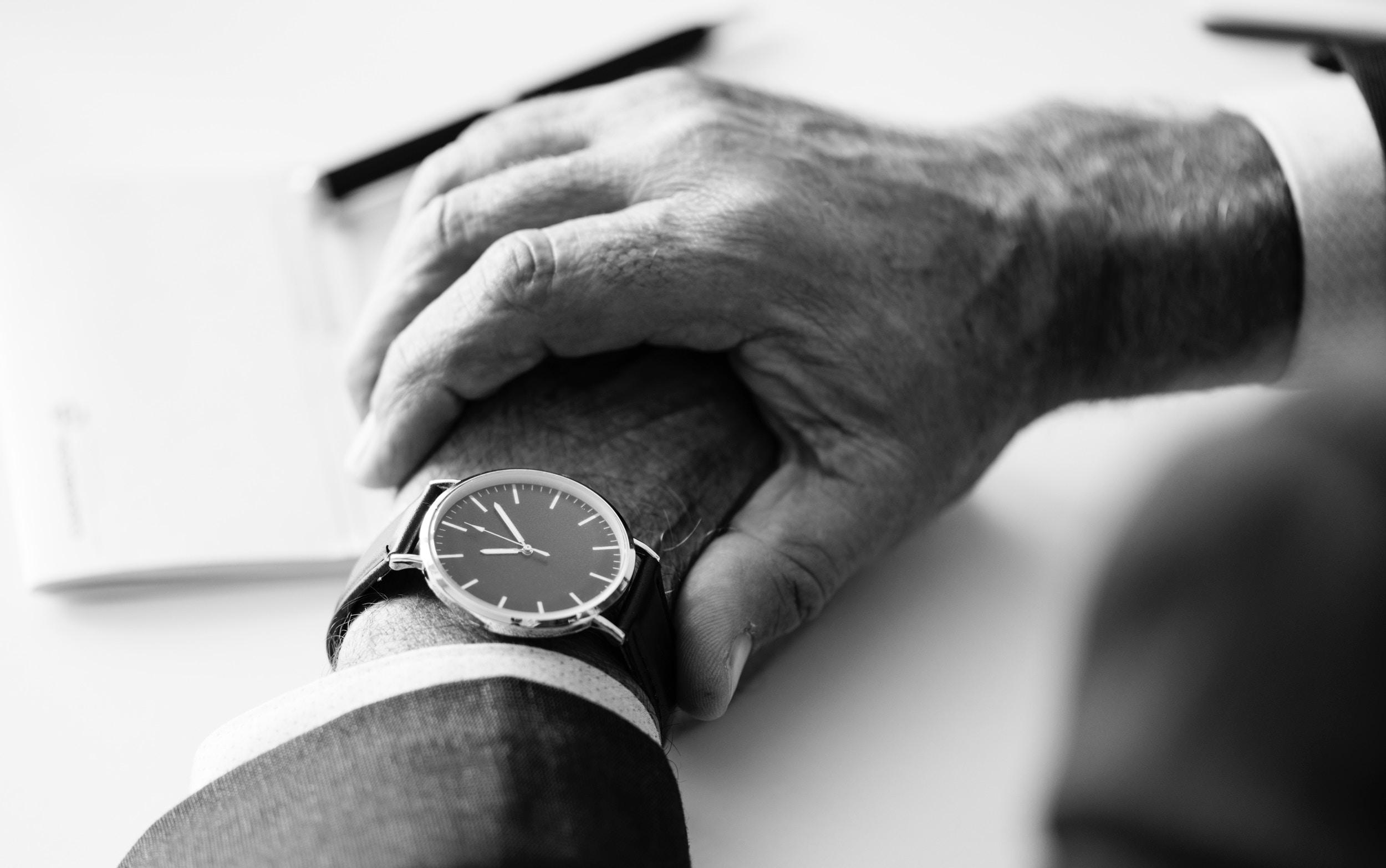 Armbandsur - När vi ändå är inne på klockor. Skaffa dig eller damma av ditt gamla armbandsur. Plötsligt behöver du inte ta upp mobilen för att kolla vad klockan är och riskerar inte att sugas in bland apparna mot din vilja.