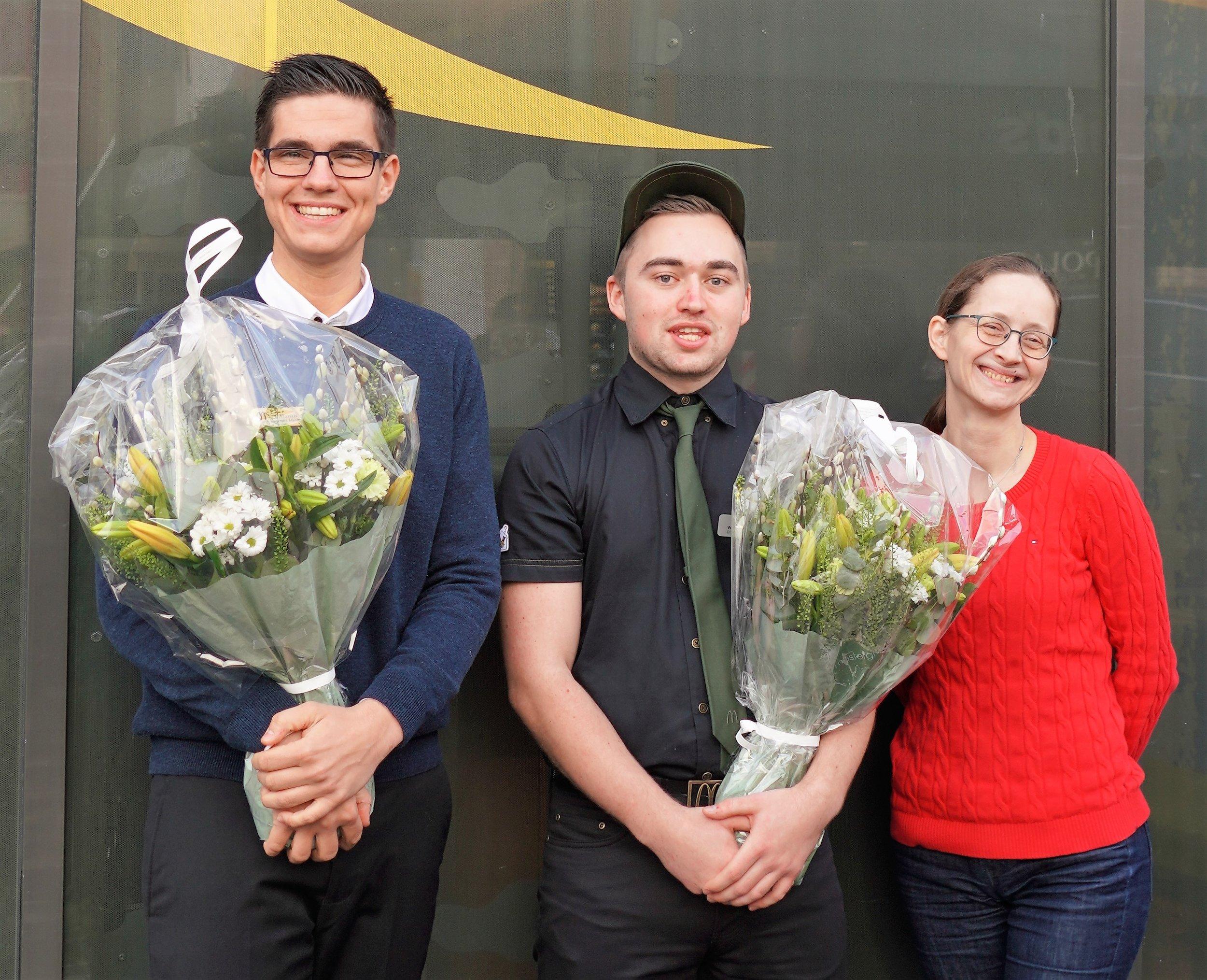 Fra venstre: Marius Kyte Alfheim (daglig leder), William (nyansatt hos McDonald's) og Idun Bortne (fylkesleder for Venstre). Foto: Jarle Eknes