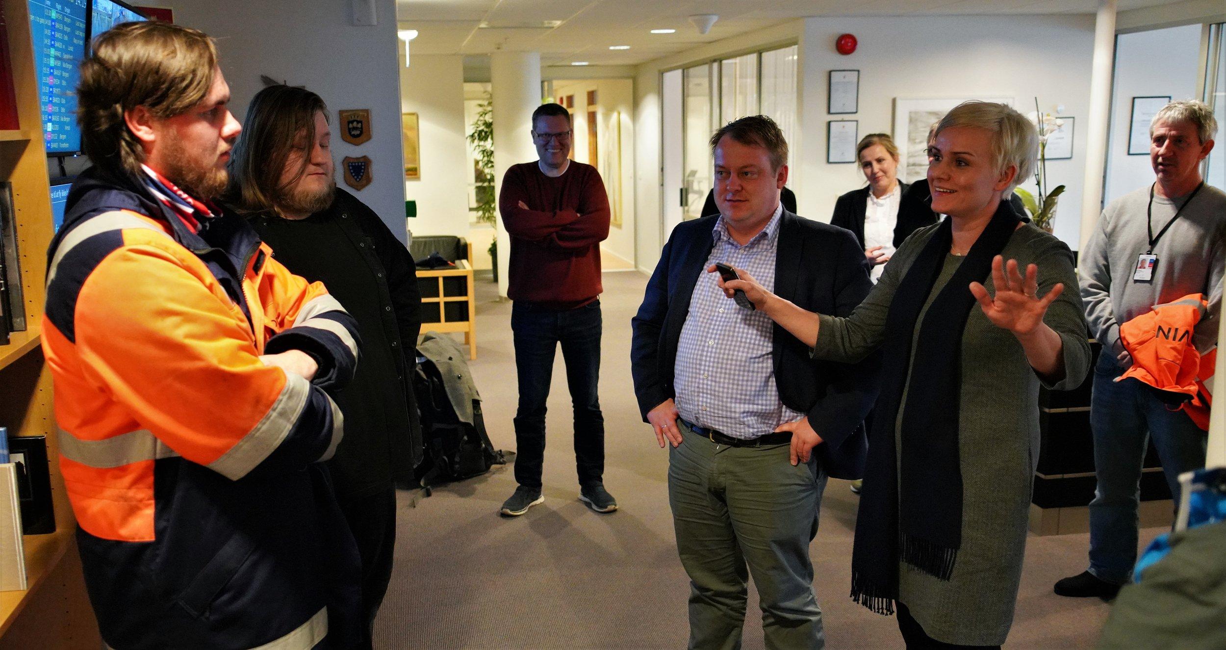 Bildet: Erlend Wiborg og Margret Hagerup i samtale med Nikolay, om jobben han utfører på Stavanger lufthavn.